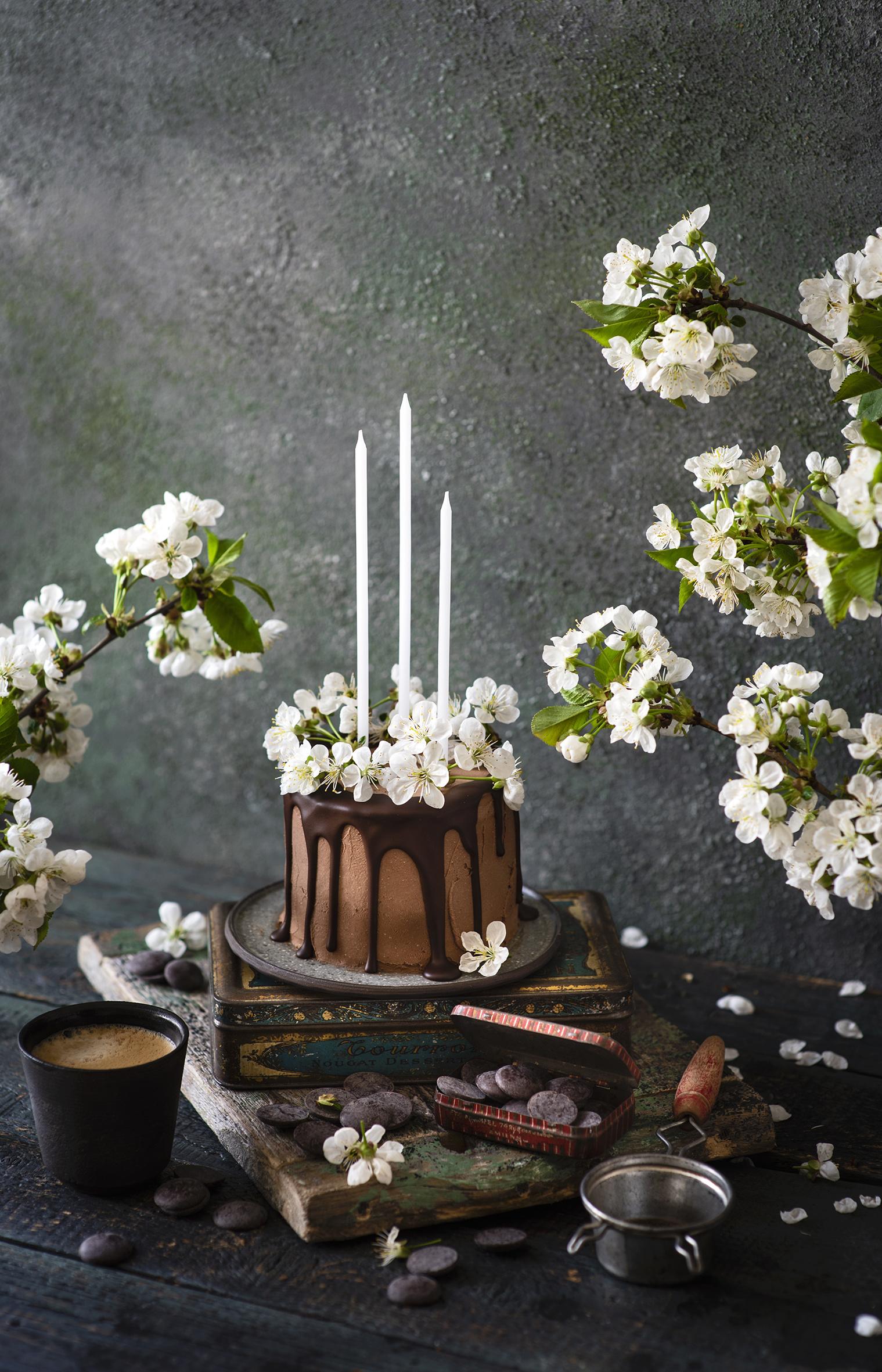 Фото Шоколад Кофе Торты Капучино Стакан Свечи Продукты питания Цветущие деревья  для мобильного телефона стакане стакана Еда Пища