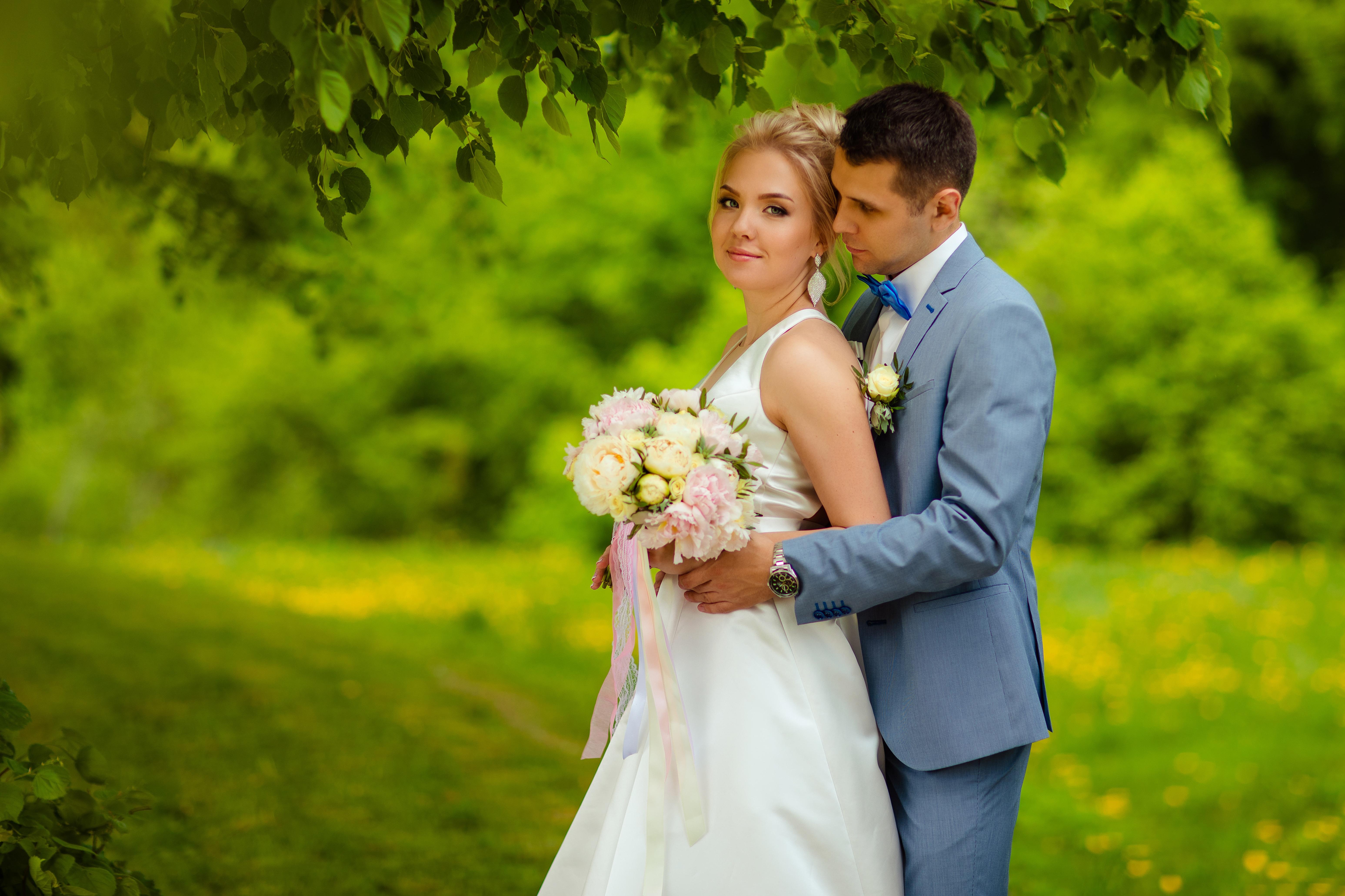 Картинка Жених Невеста Блондинка Мужчины Букеты Двое Девушки 6188x4125 2 вдвоем