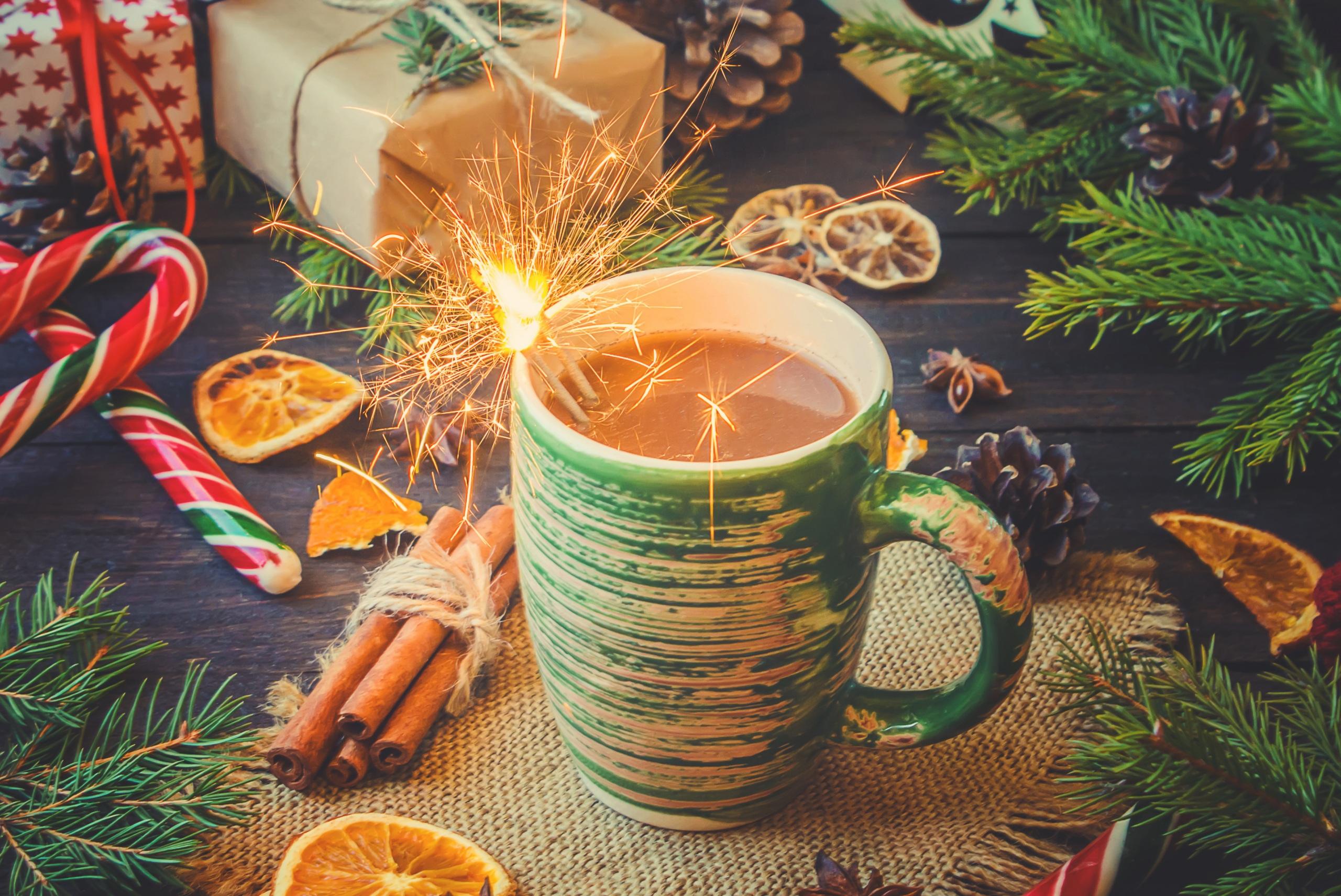 Фотография Новый год Бенгальские огни Какао напиток Корица Еда чашке сладкая еда 2560x1711 Рождество Горячий шоколад Пища Чашка Продукты питания Сладости