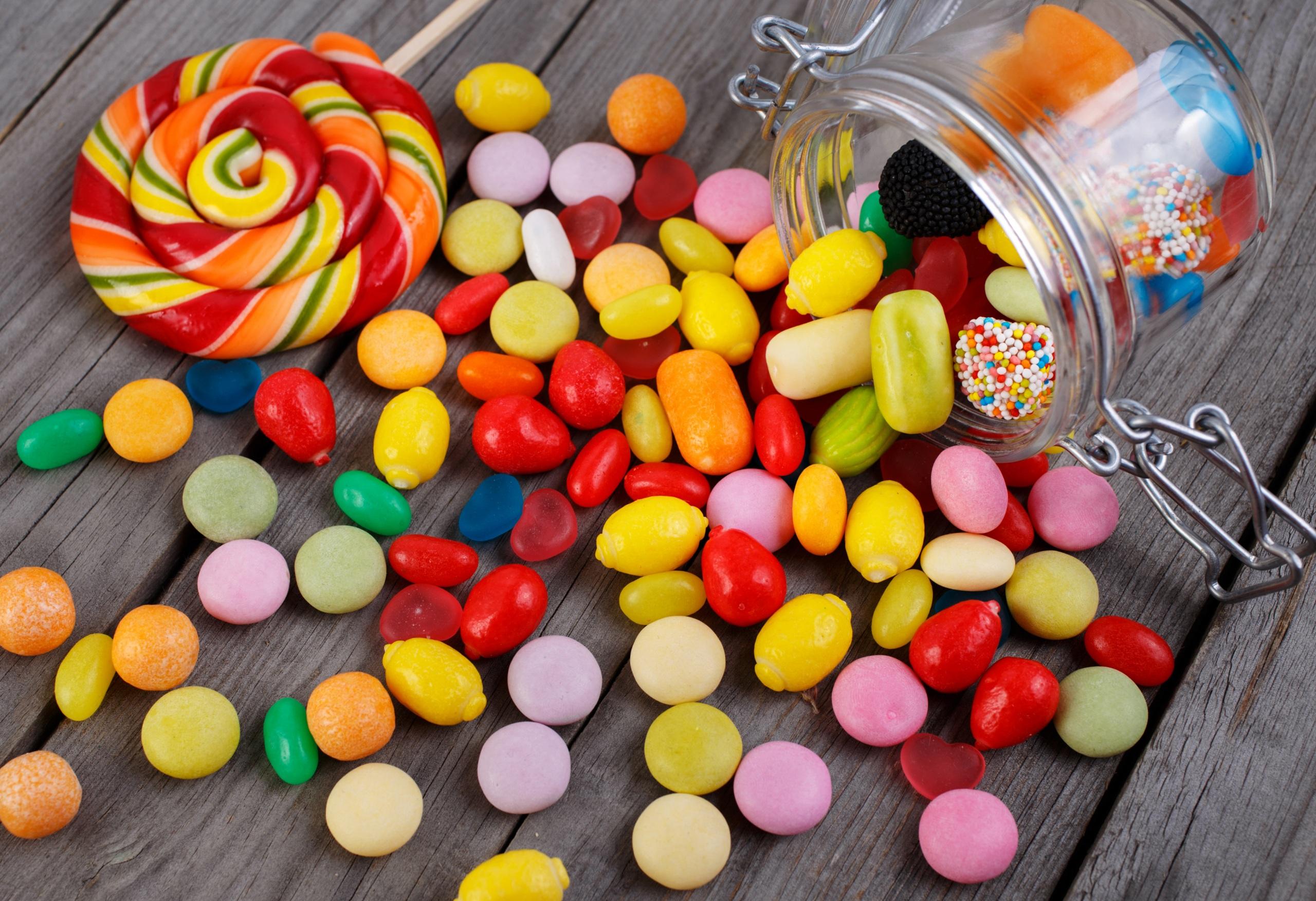 Картинка Еда Леденцы Конфеты Доски банки Сладости Драже 2560x1753 Пища Продукты питания Банка банке сладкая еда