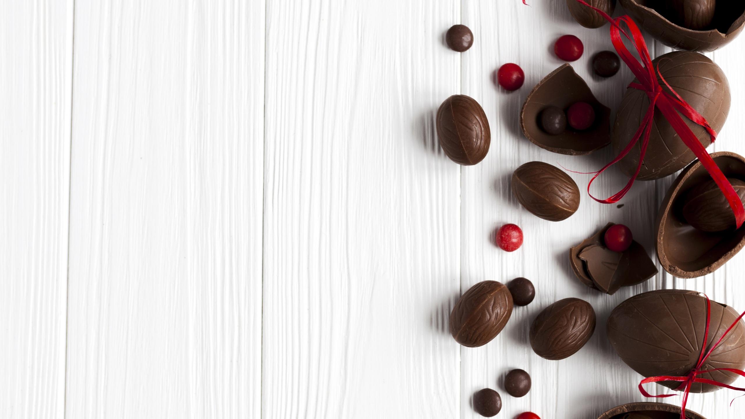Фотографии Пасха Яйца Шоколад Еда Бантик Сладости Доски 2560x1440 яиц яйцо яйцами Пища бантики Продукты питания