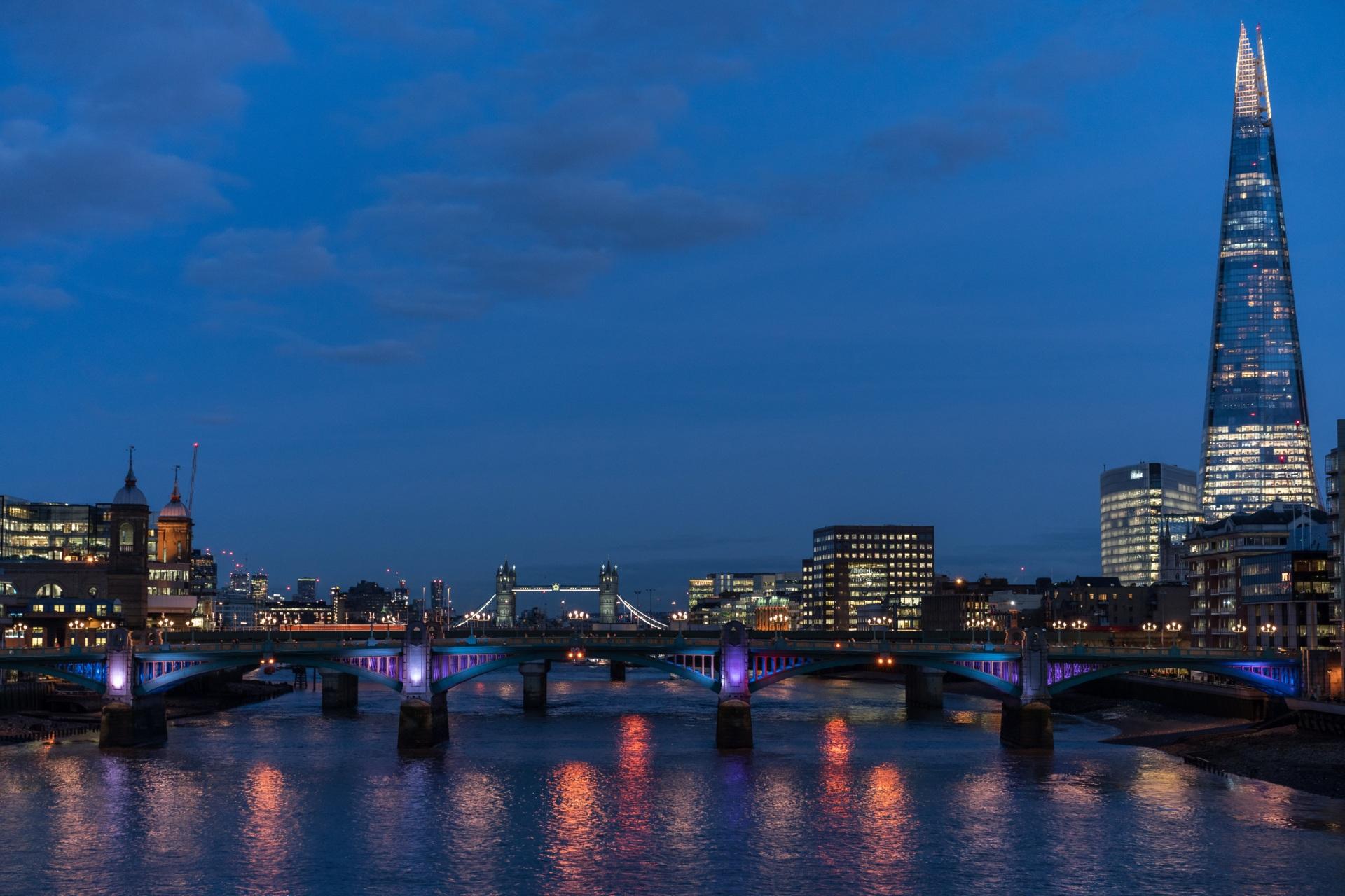 Фото лондоне Англия Мосты Реки Вечер Города Здания 1920x1280 Лондон река речка Дома город