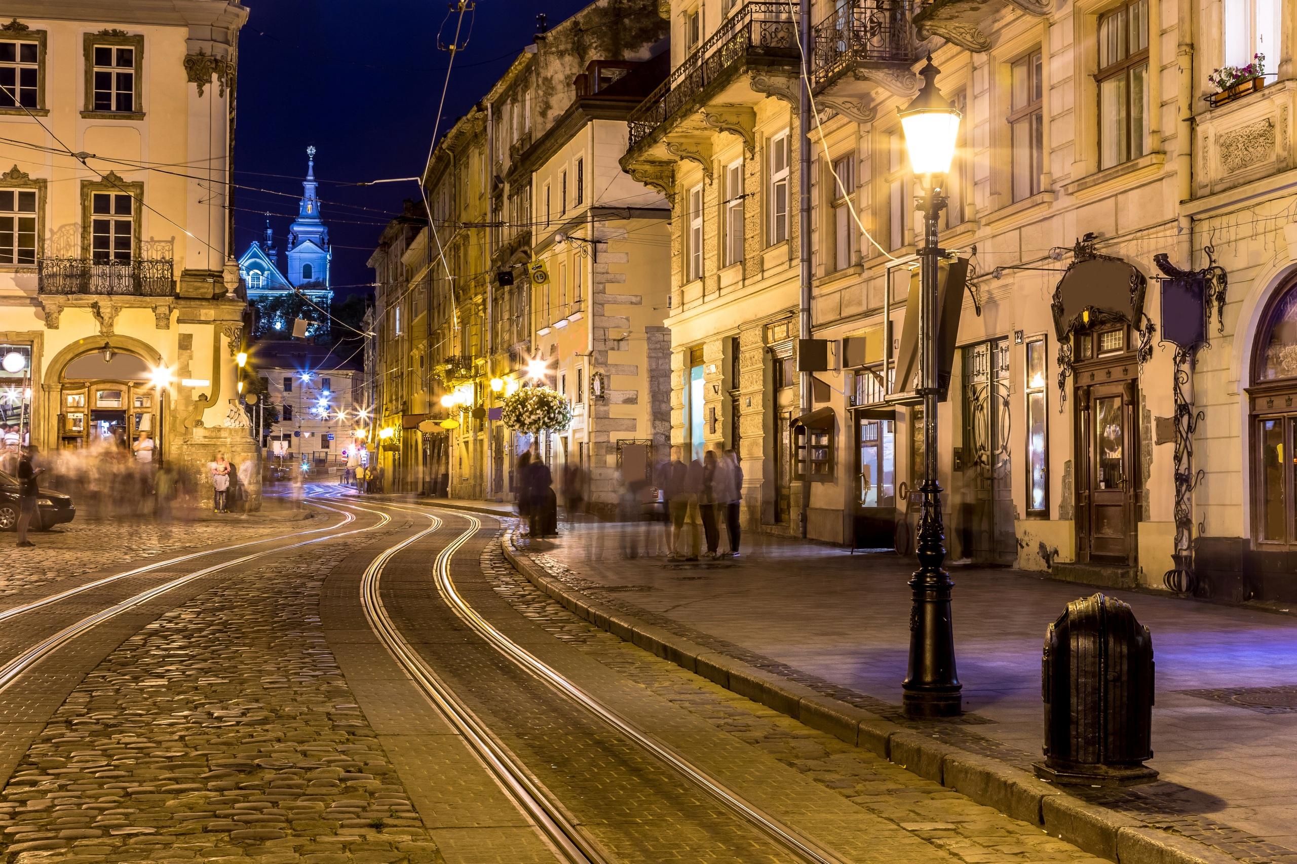 Картинка Львов Украина Улица Дороги Вечер Уличные фонари Города Здания 2560x1706 Дома