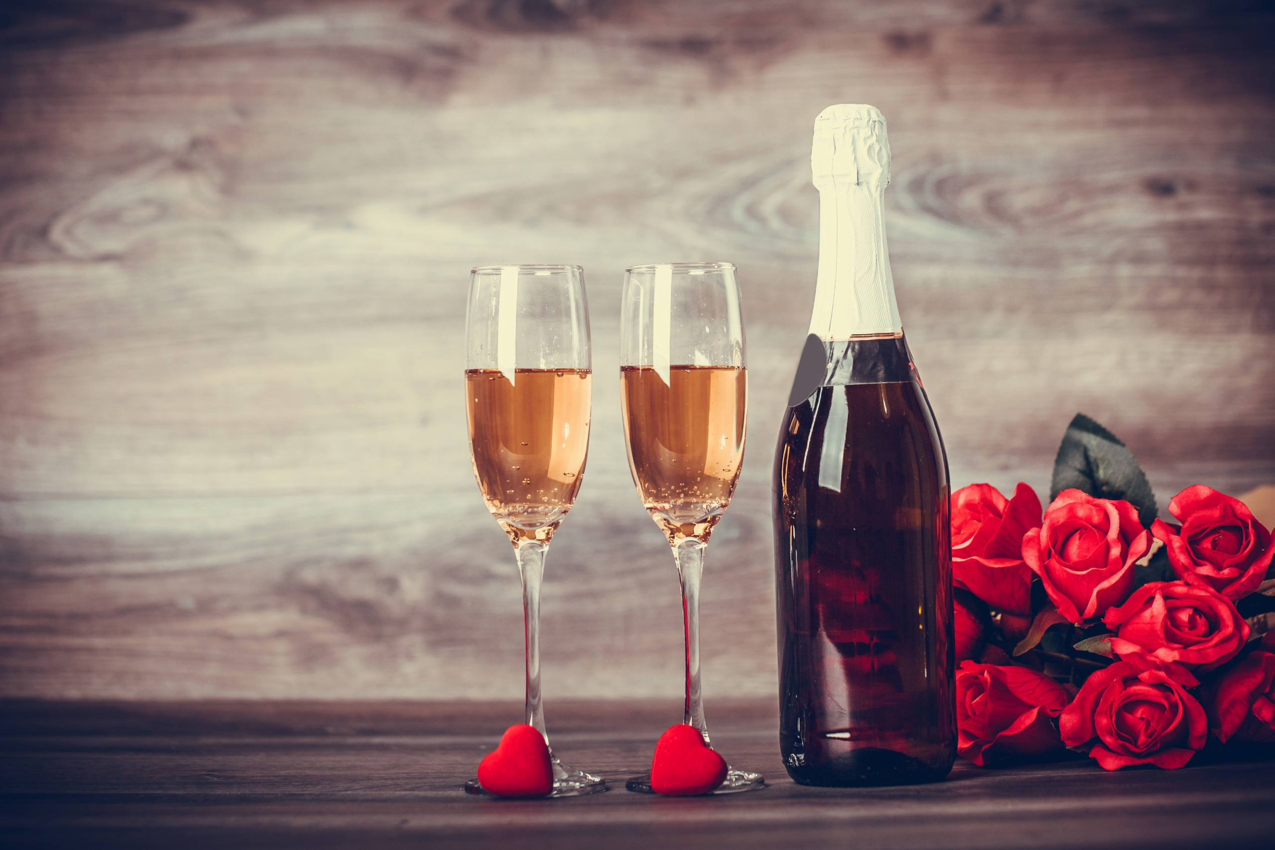 Фотографии День святого Валентина сердечко Розы Красный Шампанское Цветы Бокалы Бутылка Продукты питания 2560x1706 День всех влюблённых Сердце Игристое вино Еда Пища