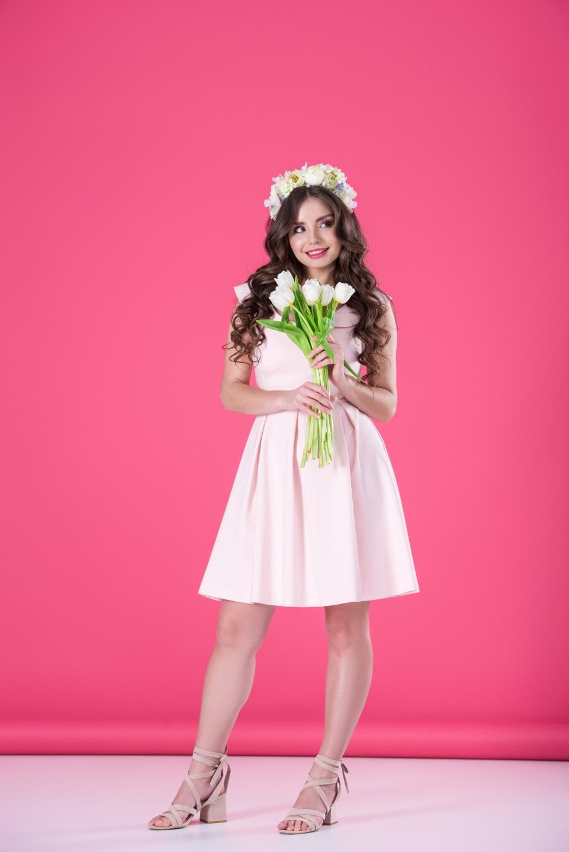Картинки Шатенка Улыбка Девушки Тюльпаны платья Цветной фон 961x1440 шатенки улыбается Платье