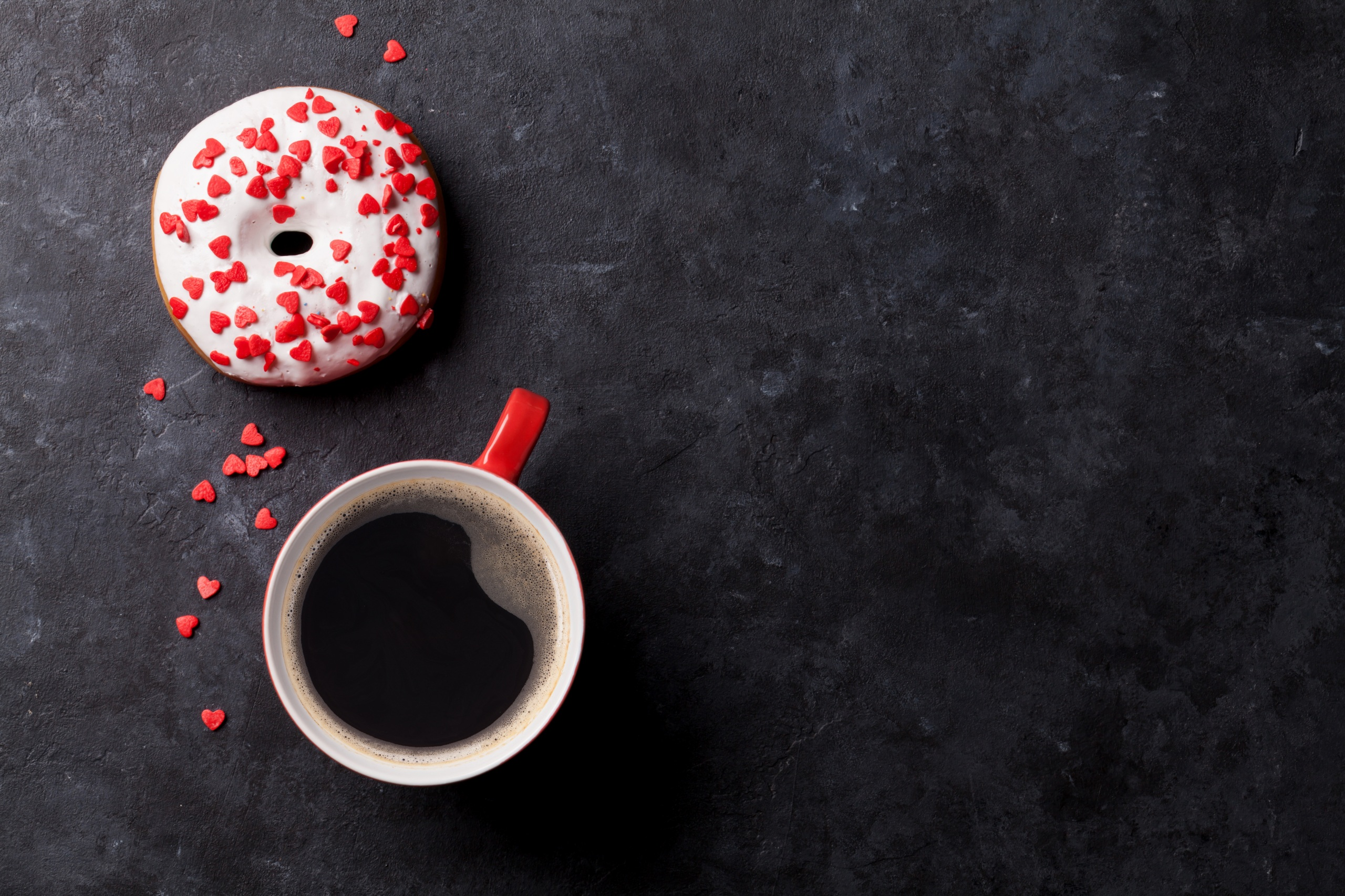 Обои Сердце Кофе Пончики чашке Продукты питания Сладости 2560x1706 серце сердца сердечко Еда Пища Чашка
