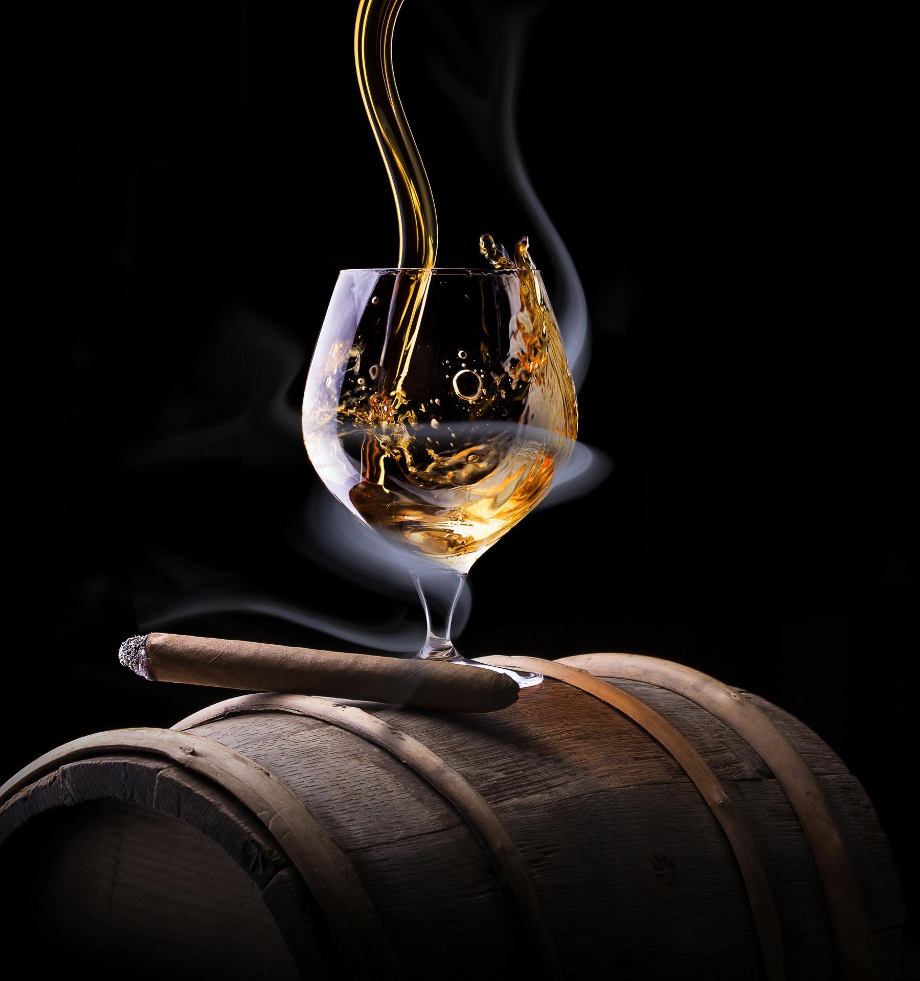 Фотографии Сигара Алкогольные напитки Виски Еда Дым Бокалы Черный фон 1799x1920 для мобильного телефона