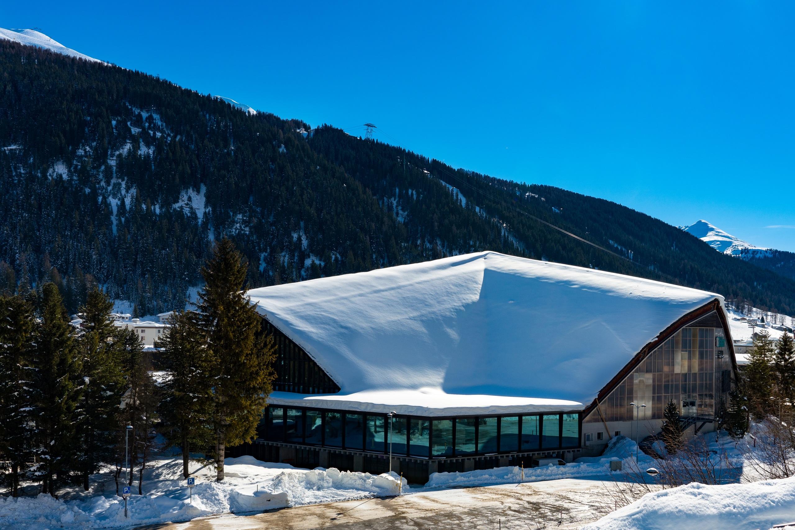 Картинка Швейцария Davos Горы зимние снегу Города Здания 2560x1706 Зима Снег снеге снега Дома