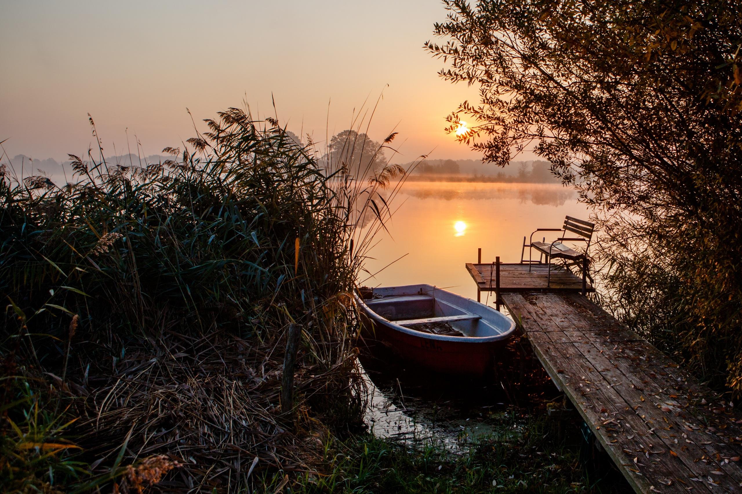 Картинка Природа Утро Озеро Рассветы и закаты Лодки 2560x1706 рассвет и закат