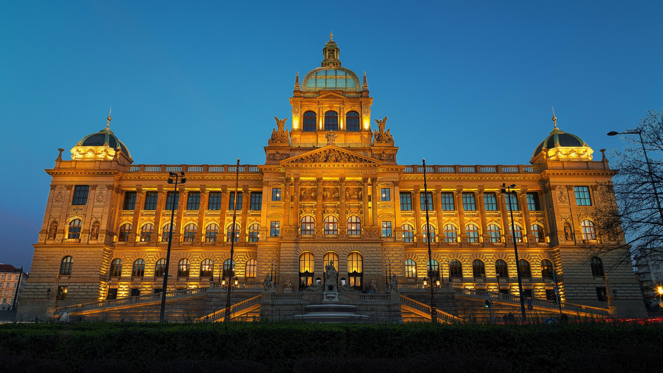 Фотография Прага Чехия музеи National Museum Лестница Вечер Уличные фонари Дома Города 2560x1439 Музей лестницы город Здания
