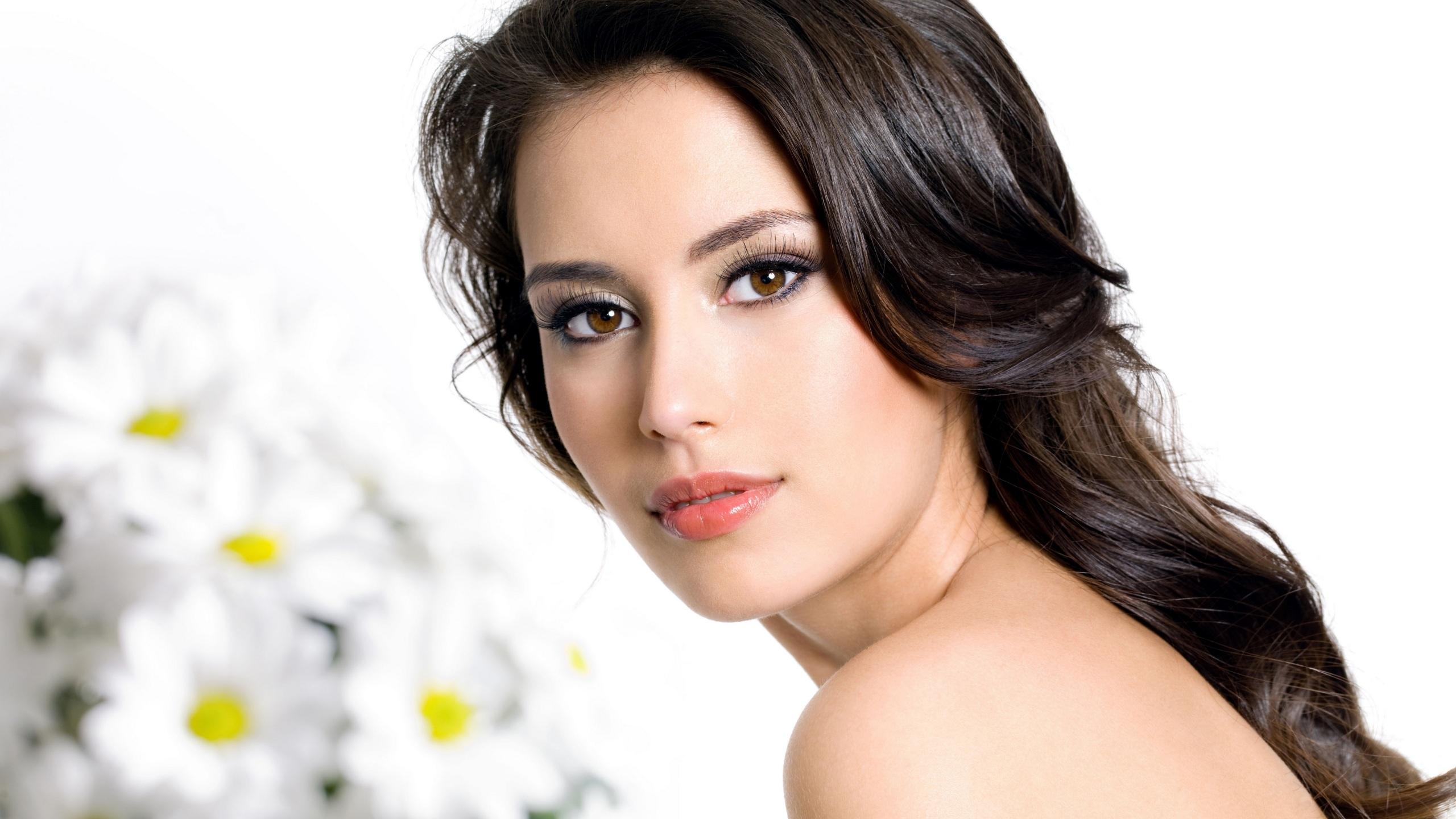 Фотографии Шатенка красивая лица девушка Взгляд 2560x1440 шатенки красивый Красивые Лицо Девушки молодые женщины молодая женщина смотрят смотрит