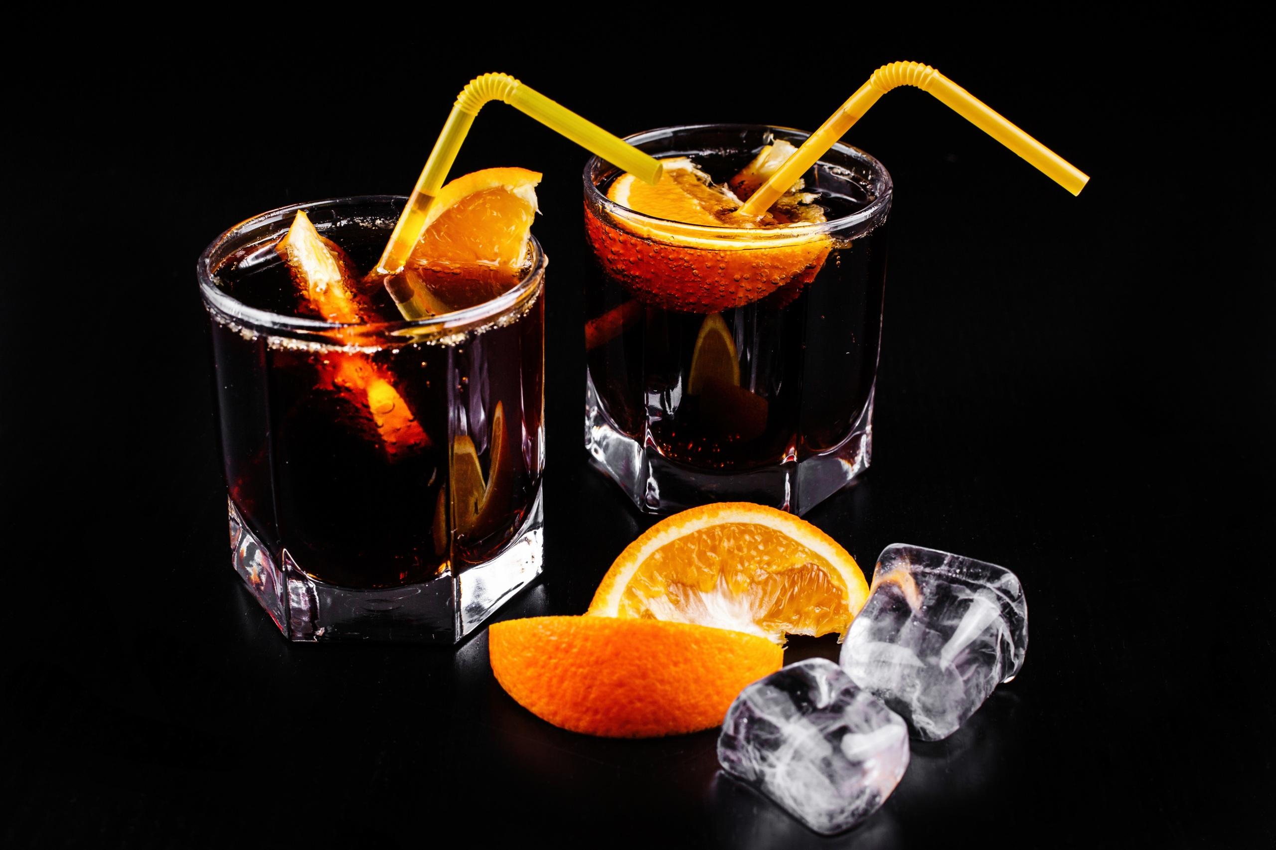 Обои для рабочего стола Алкогольные напитки Лед Двое Апельсин стакане Пища Коктейль на черном фоне 2560x1706 льда 2 два две вдвоем Стакан стакана Еда Продукты питания Черный фон