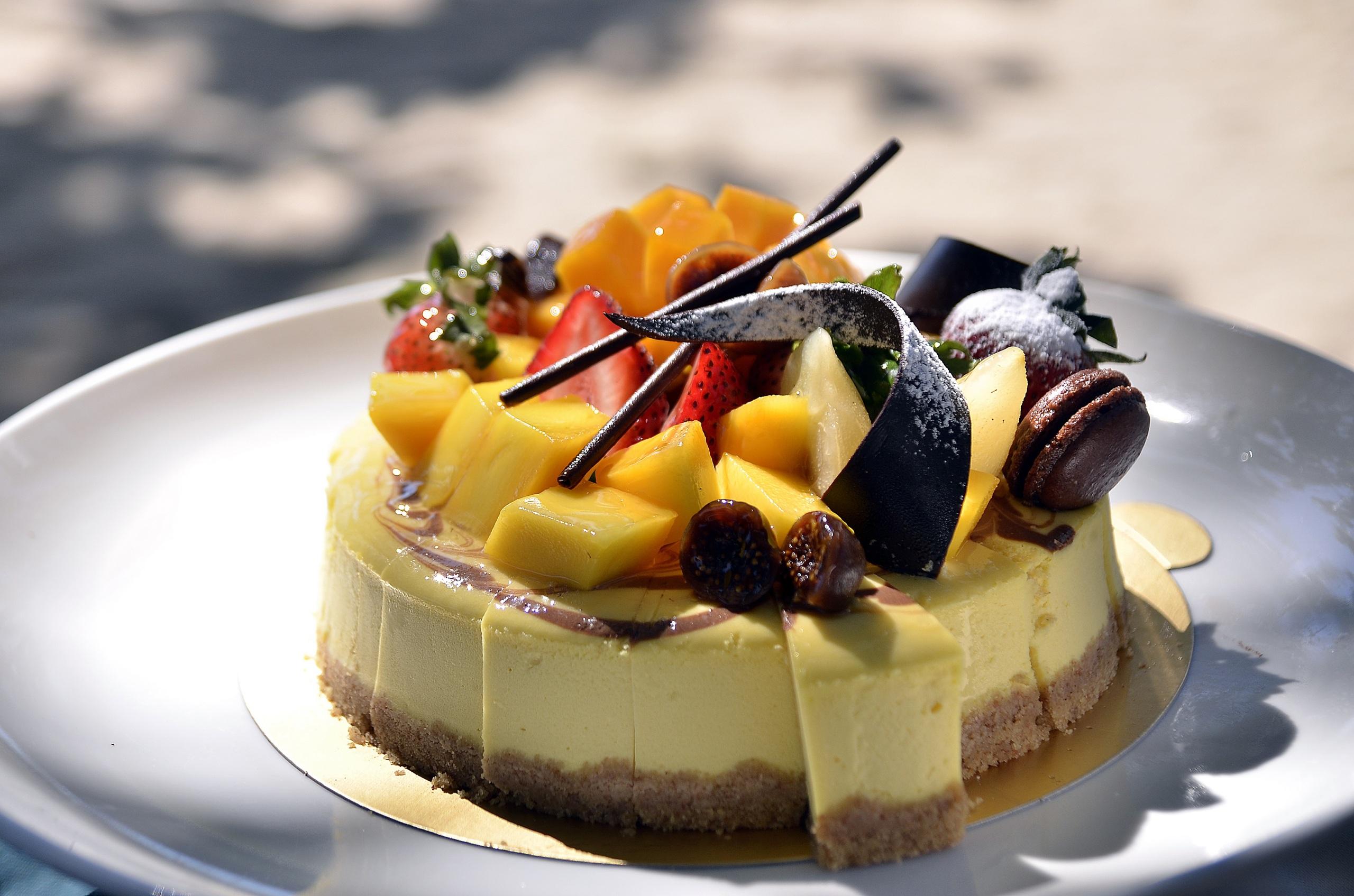 Картинка Шоколад Торты Фрукты Продукты питания Сладости 2560x1695 Еда Пища сладкая еда