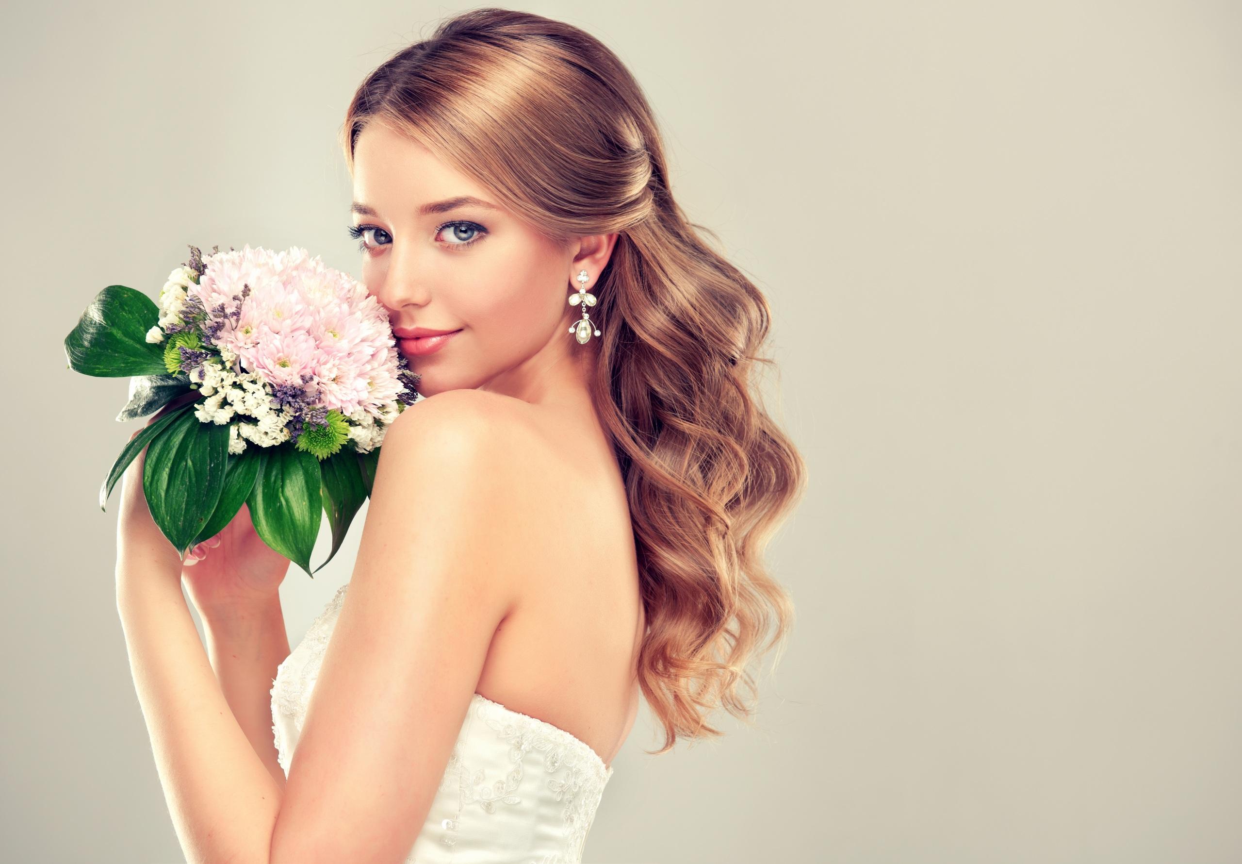 Картинки Невеста Шатенка Красивые Букеты Девушки Серьги смотрит Серый фон 2560x1780 Взгляд