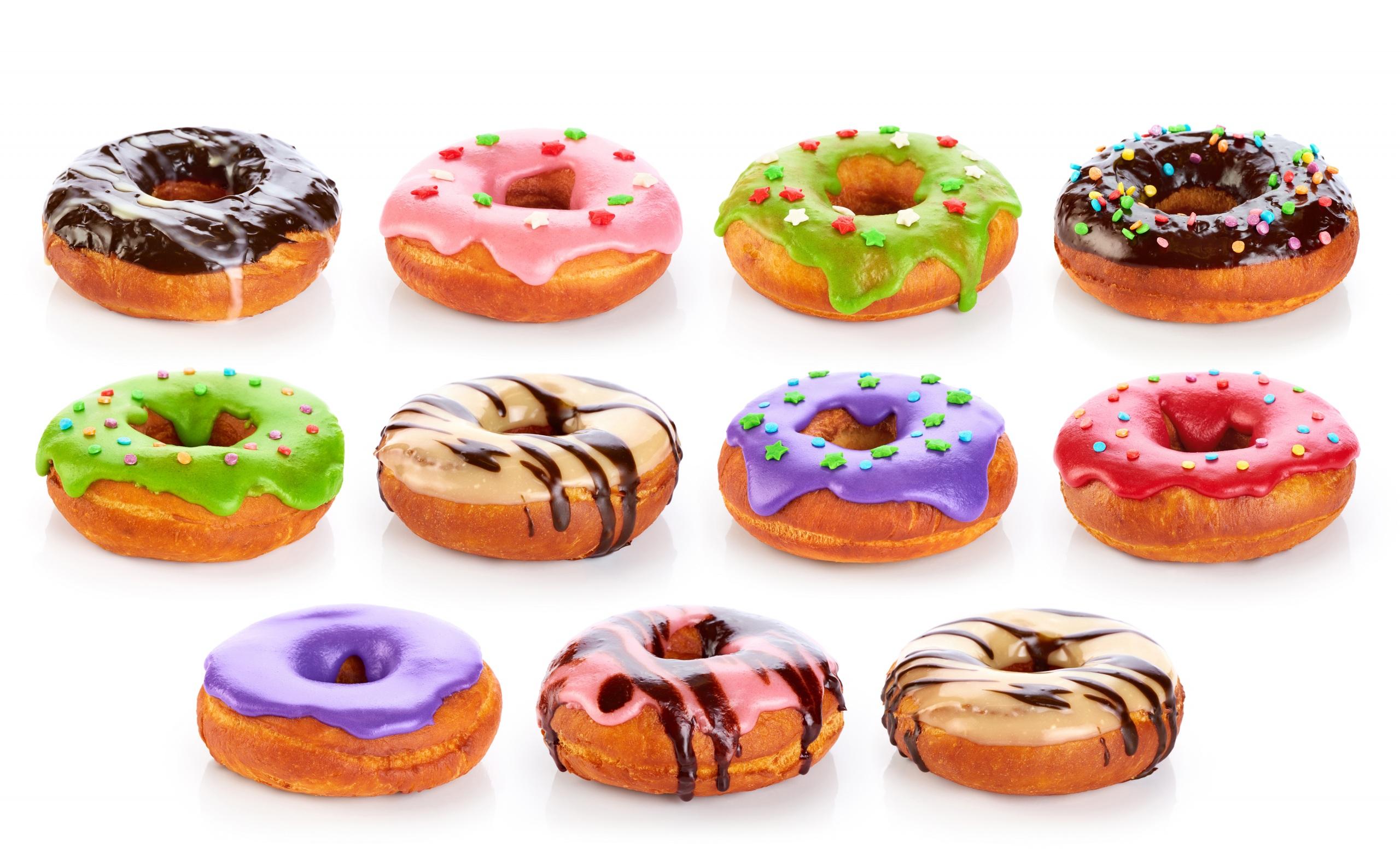 Картинка Разноцветные Шоколад Пончики Еда белом фоне 2560x1560 Пища Продукты питания Белый фон белым фоном