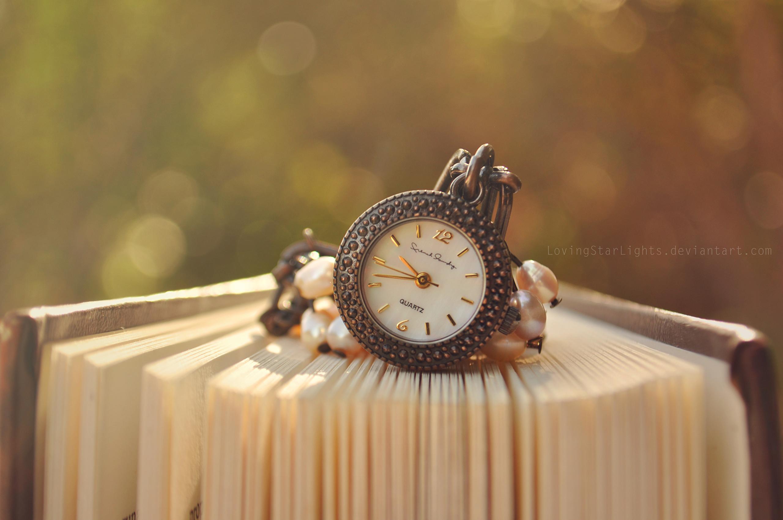 Карманные часы на сиреневом фоне скачать