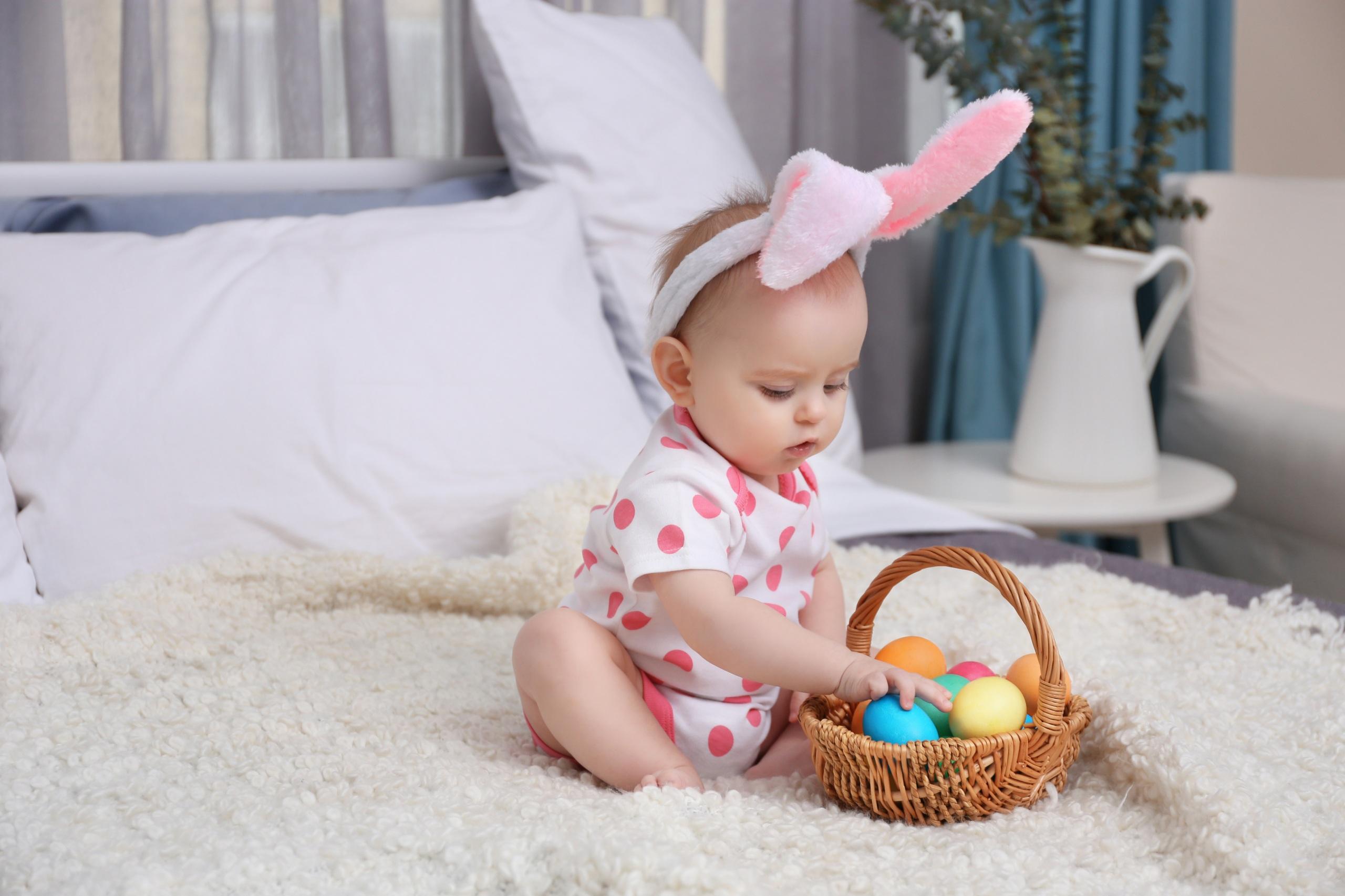 Фото Пасха младенец яйцами ребёнок Корзина 2560x1706 младенца Младенцы грудной ребёнок яиц Дети Яйца яйцо корзины Корзинка