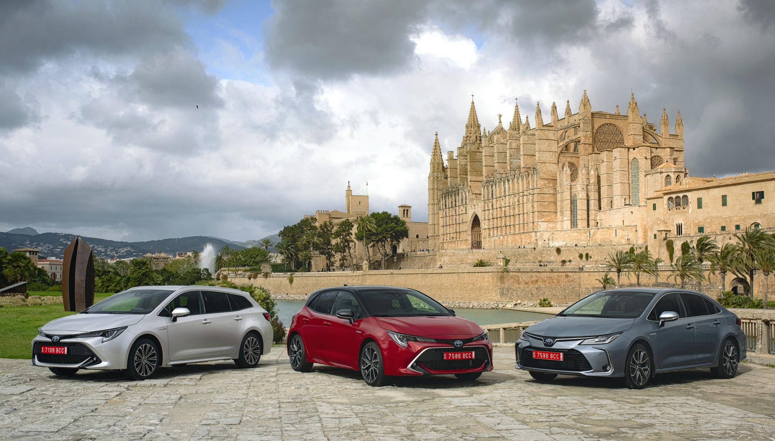 Фотография Toyota 2018-19 Corolla Трое 3 Автомобили 2560x1457 Тойота три Авто Машины втроем