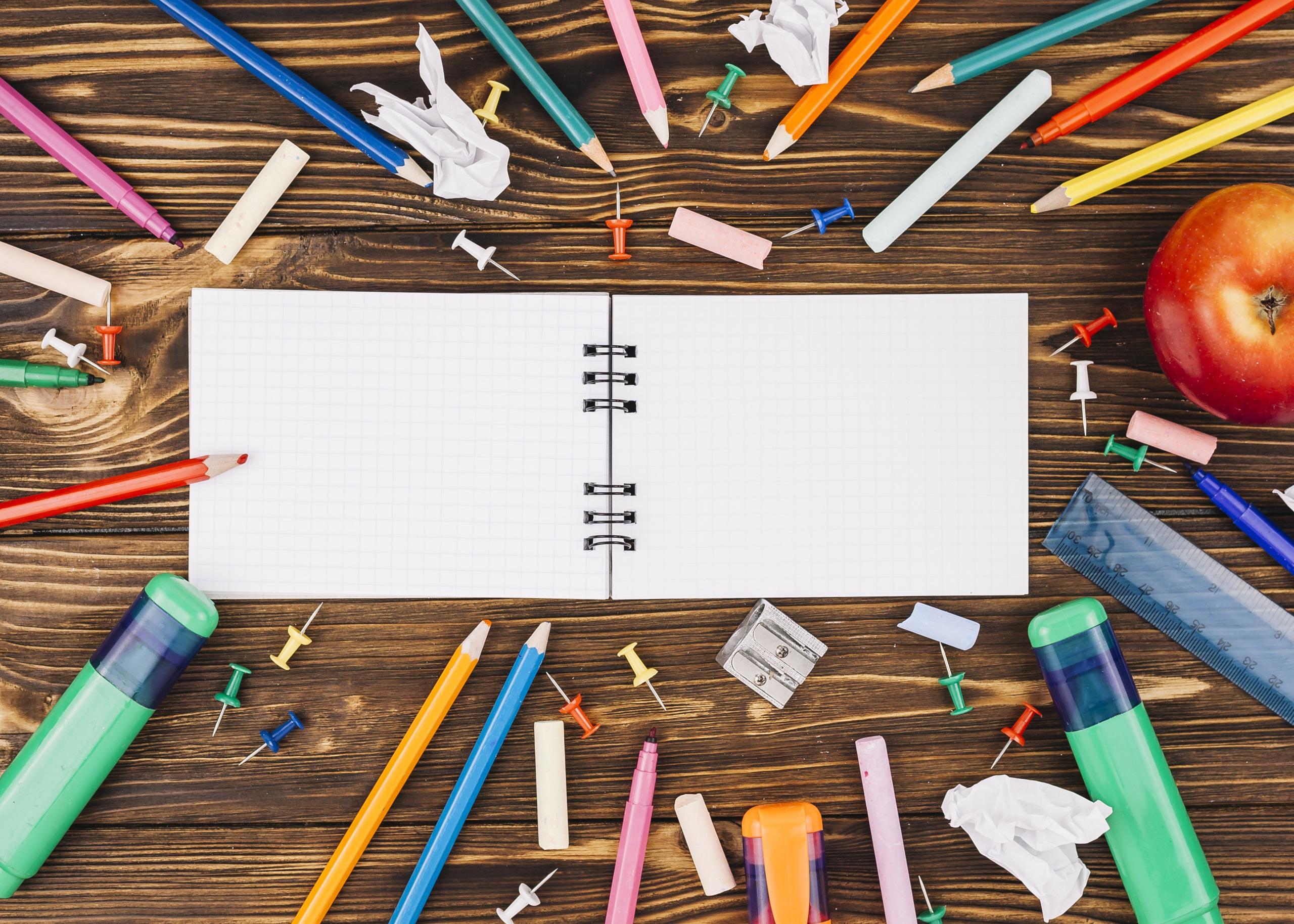 Фото Канцелярские товары школьные карандаш Тетрадь Доски 2560x1828 Школа Карандаши карандаша карандашей