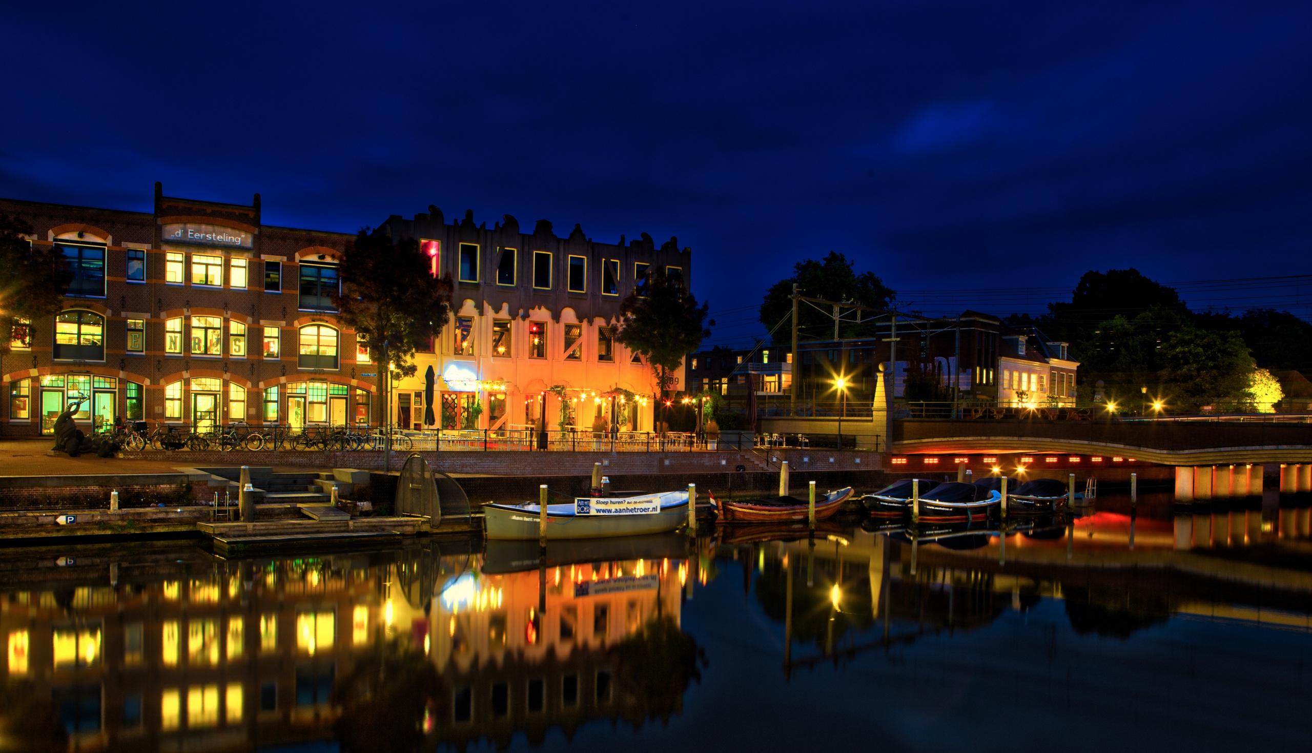 Фото Нидерланды Amersfoort canals Водный канал ночью Лодки Причалы Уличные фонари Дома Города 2560x1469 Ночь Пирсы в ночи Ночные Пристань город Здания