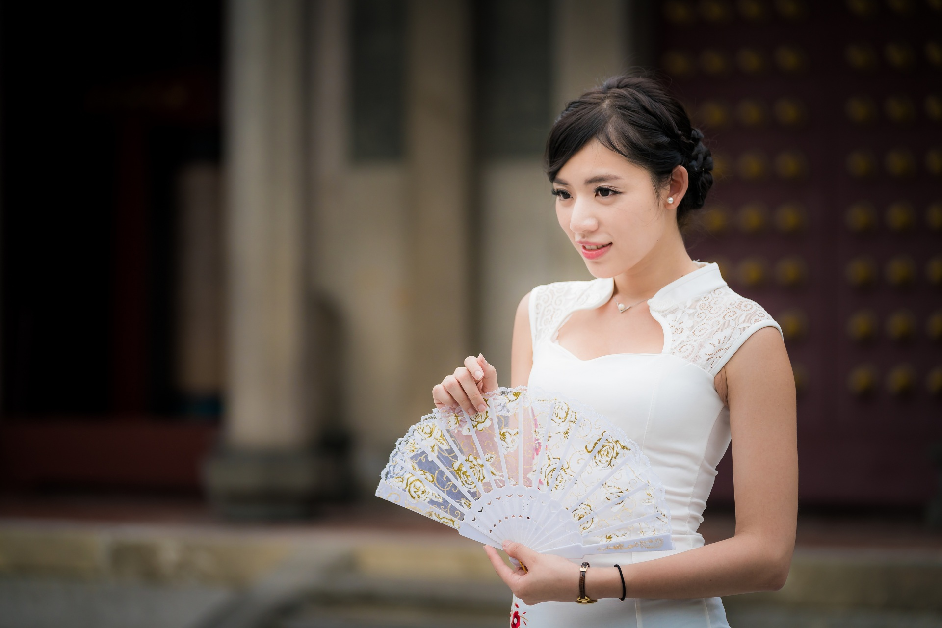 Фотография Девушки брюнеток Размытый фон Веер азиатка Платье 1920x1280 девушка молодые женщины молодая женщина Брюнетка брюнетки боке Азиаты азиатки платья