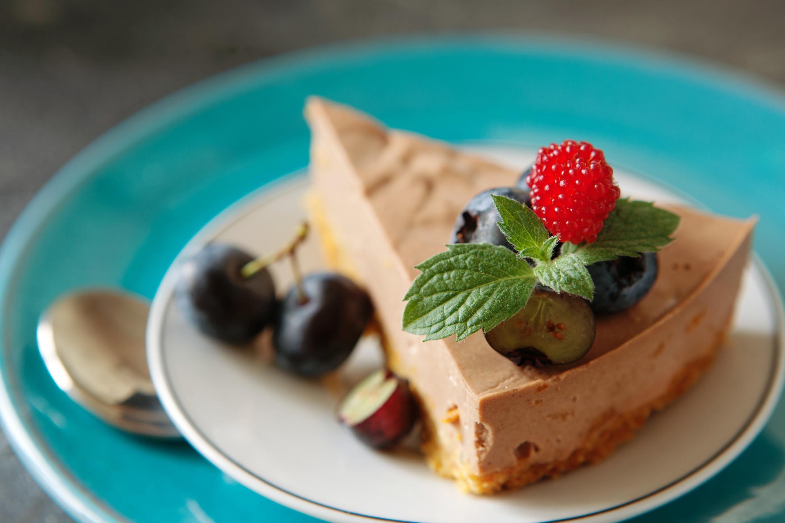 Фотографии лист Торты Малина кусочки Еда 2560x1706 Листья Листва часть Кусок кусочек Пища Продукты питания