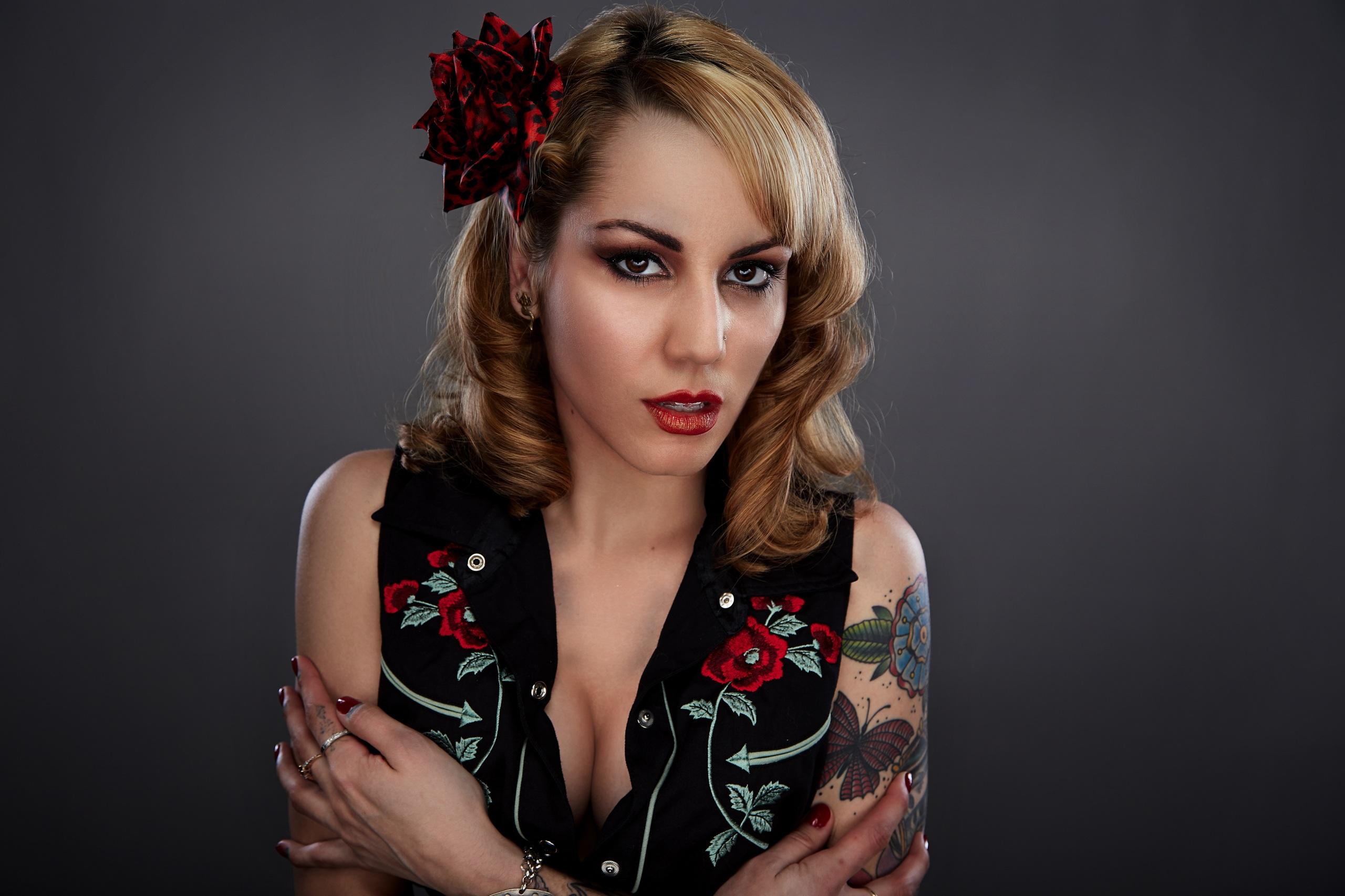 Обои Татуировки Макияж Девушки Руки Взгляд Серый фон 2560x1706 тату мейкап смотрит