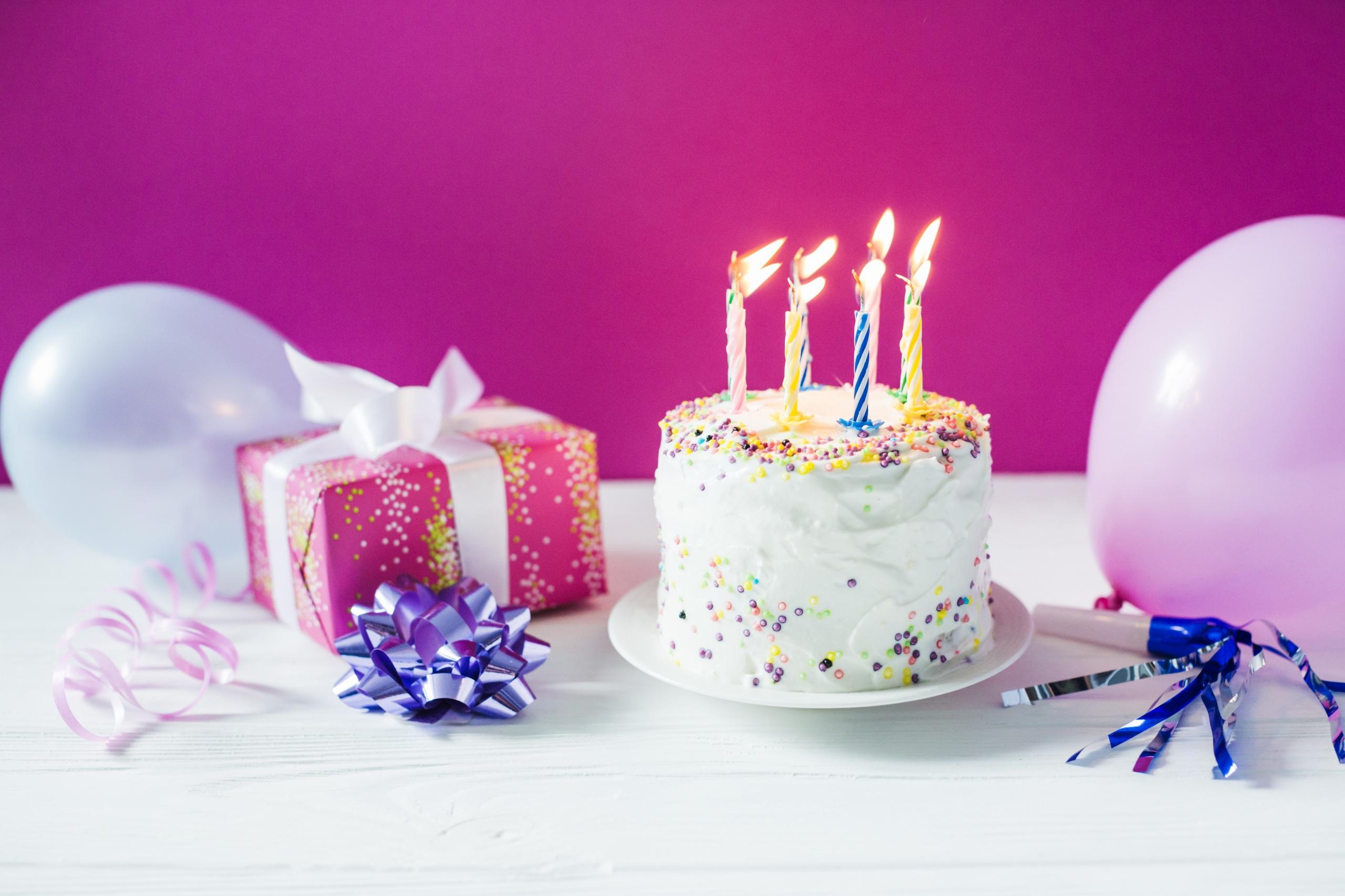 Фотография День рождения Торты подарков Пища Свечи Праздники 2560x1706 Подарки подарок Еда Продукты питания
