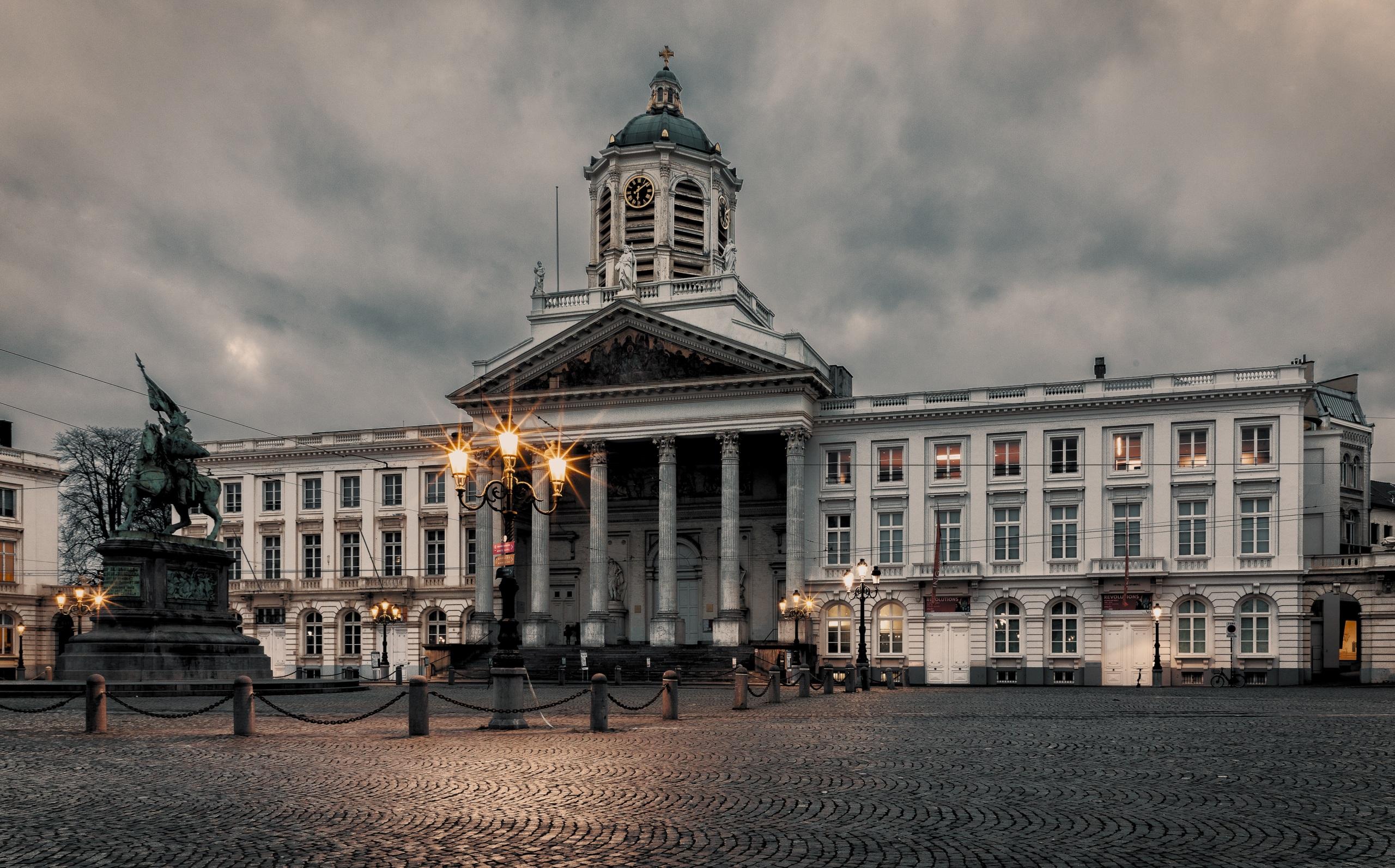 Картинки Бельгия Памятники Городская площадь Brussels Вечер Уличные фонари Дома Города 2560x1594 Здания