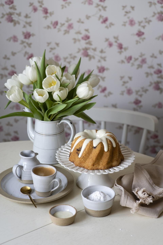 Фото Кофе Кекс Тюльпаны Еда Ваза Ложка Чашка Тарелка 961x1440 Пища Продукты питания