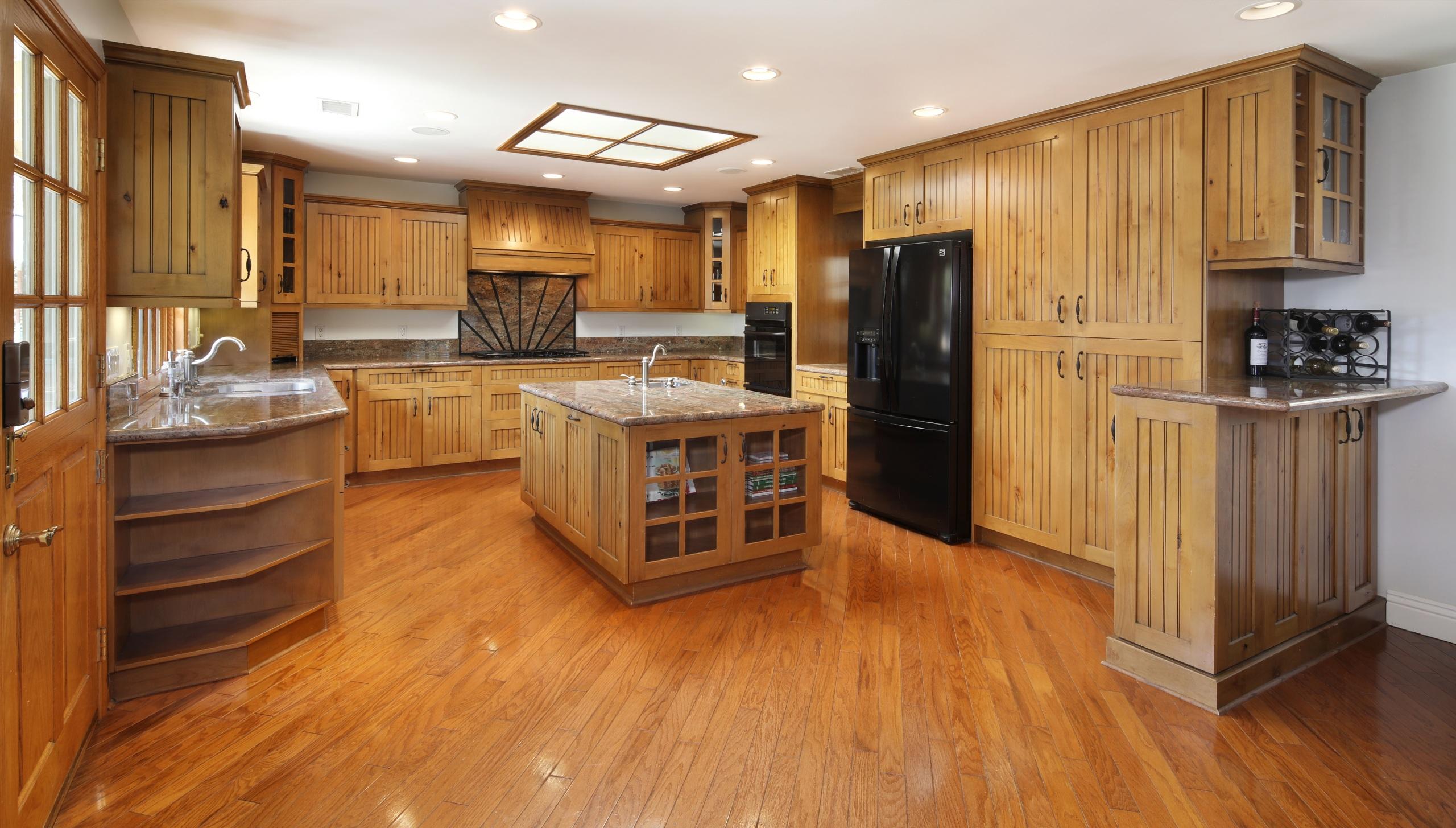 Обои для рабочего стола кухни потолка Интерьер Стол дизайна 2560x1455 Кухня Потолок столы стола Дизайн
