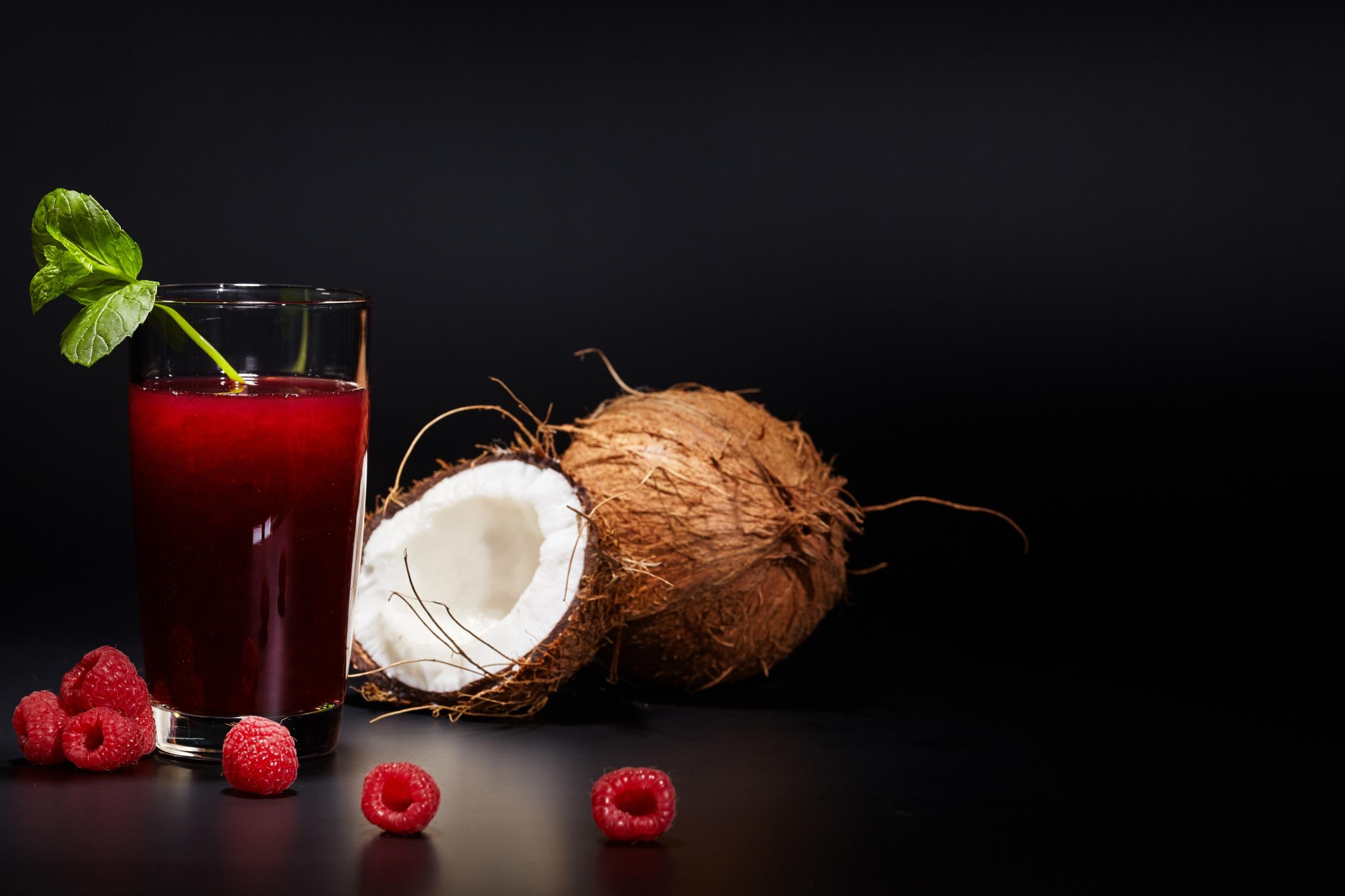 Картинка Сок Малина Кокосы стакана Еда Черный фон 2560x1706 Стакан стакане Пища Продукты питания на черном фоне