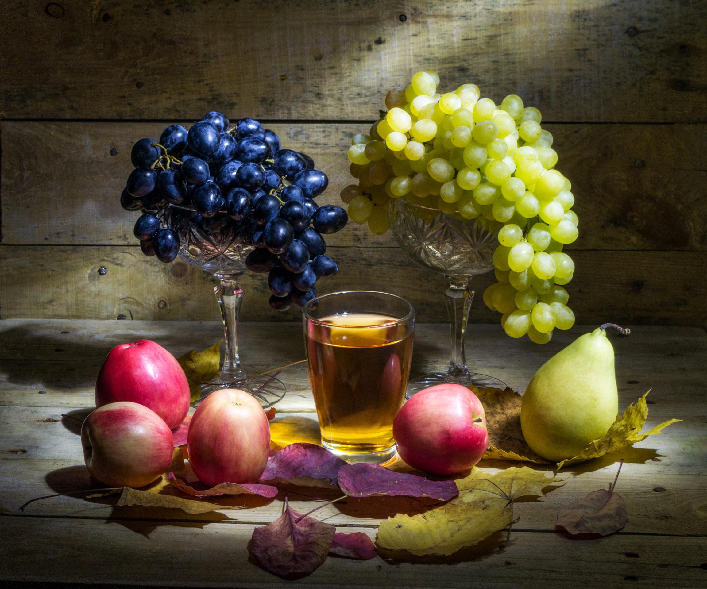 Обои Листья Сок Груши Стакан Яблоки Виноград Еда Натюрморт 2304x1920 лист Листва стакана стакане Пища Продукты питания