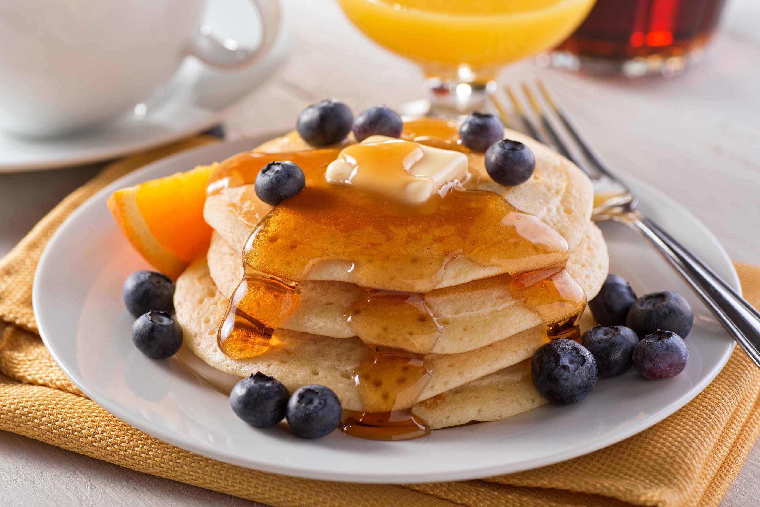 Картинка Мед Блины Черника Еда Тарелка 2560x1708 Пища тарелке Продукты питания