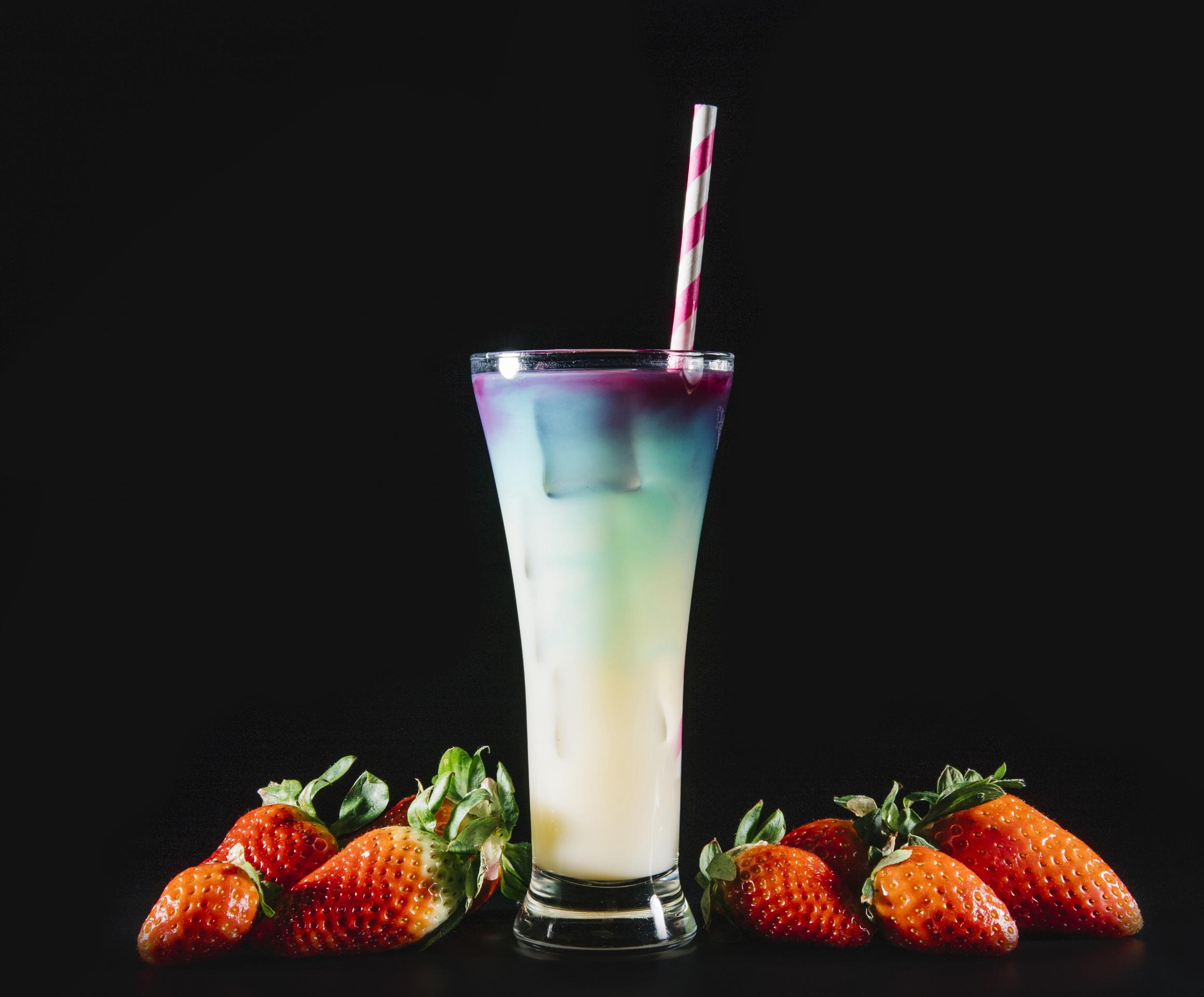 Картинки Стакан Клубника Пища Коктейль Черный фон 2319x1920 стакана стакане Еда Продукты питания на черном фоне