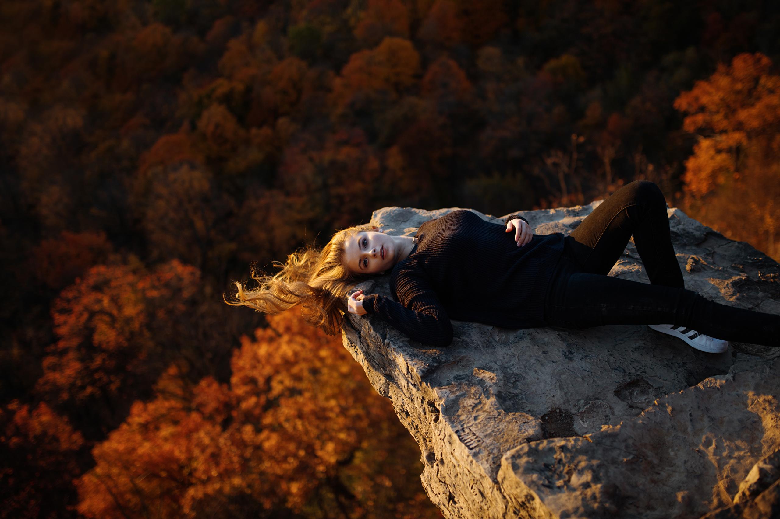 Девушка лежит осень скачать