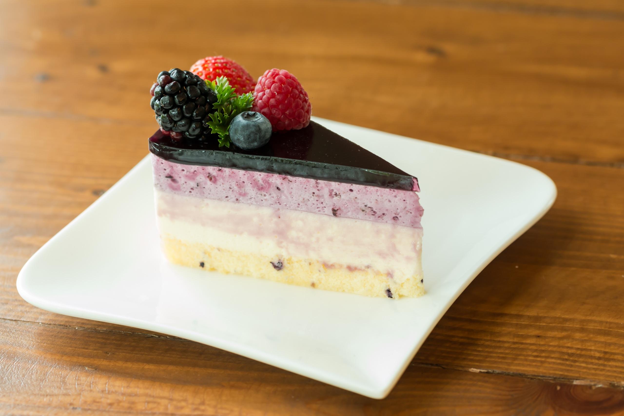 Фотографии Торты Кусок Десерт Еда Ягоды Тарелка 2560x1706 часть кусочки кусочек Пища тарелке Продукты питания