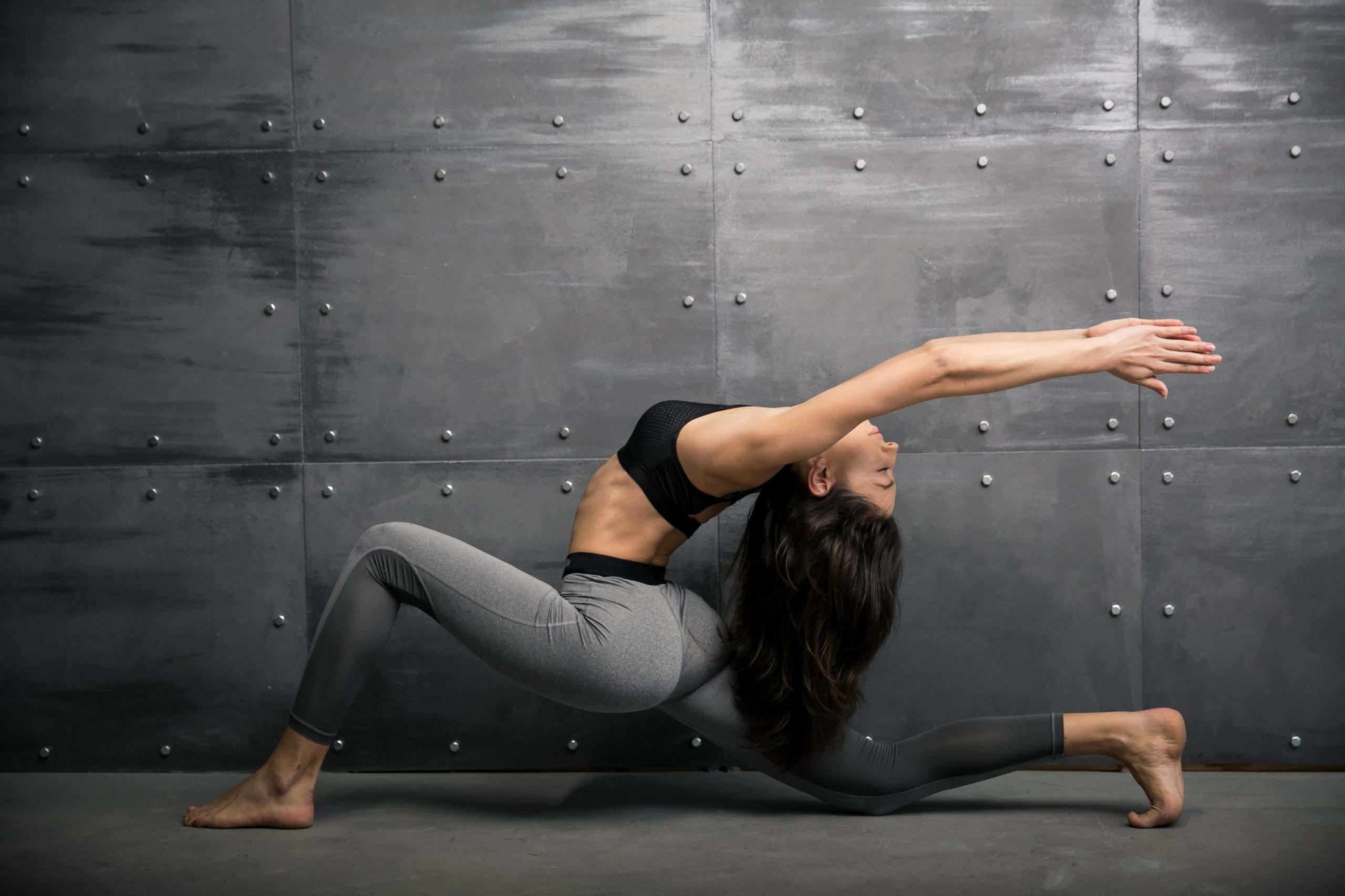 Картинки шатенки Тренировка Фитнес Спорт Гимнастика молодая женщина рука 2560x1706 Шатенка тренируется физическое упражнение Девушки девушка спортивная спортивные спортивный молодые женщины Руки