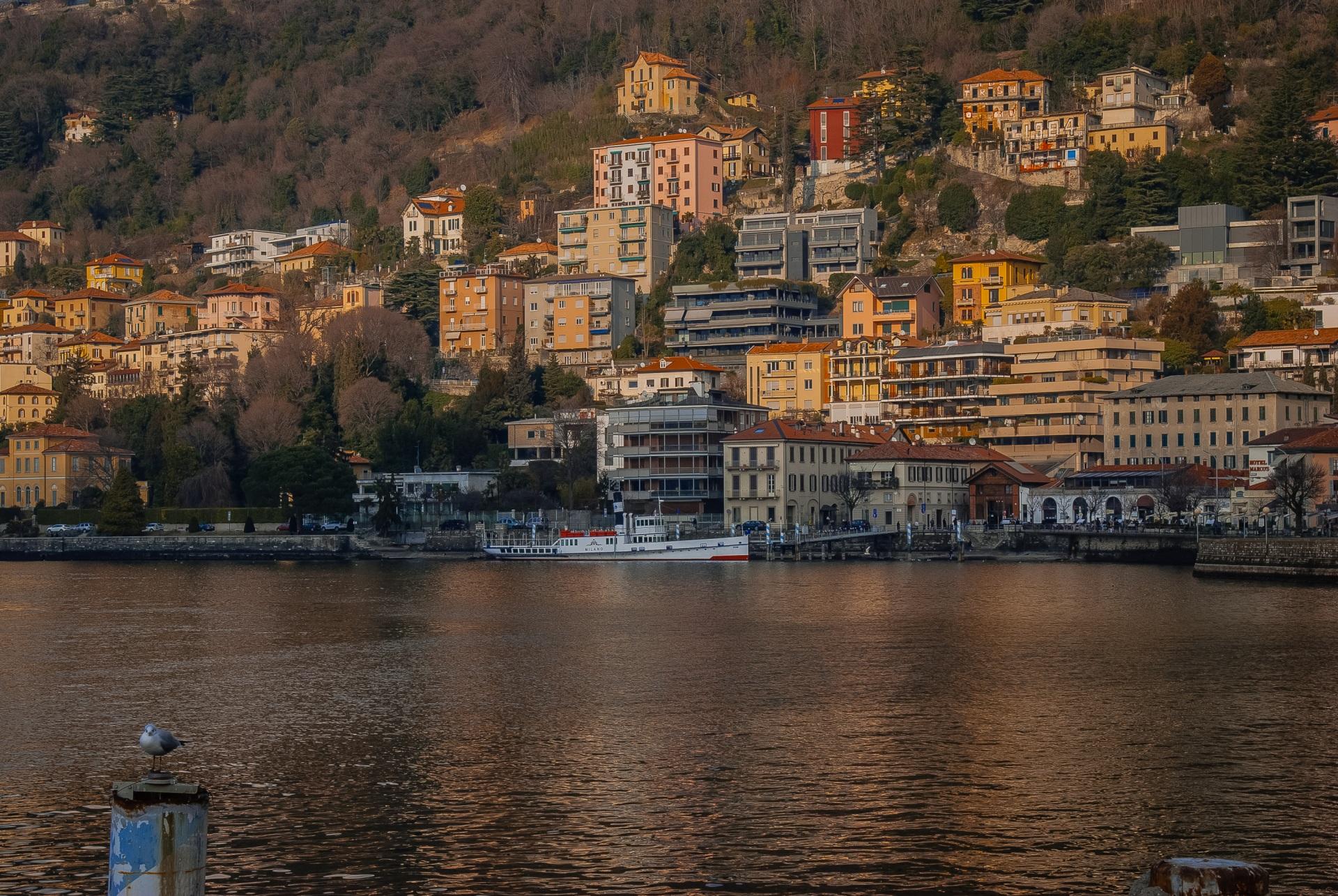 Обои для рабочего стола Италия Como Lombardy Озеро Причалы Города Здания 1920x1285 Пирсы Пристань Дома город