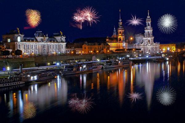Картинки Дрезден Салют Германия Реки берег Ночные Дома Города 600x399 фейерверк река Ночь речка ночью в ночи Побережье город Здания