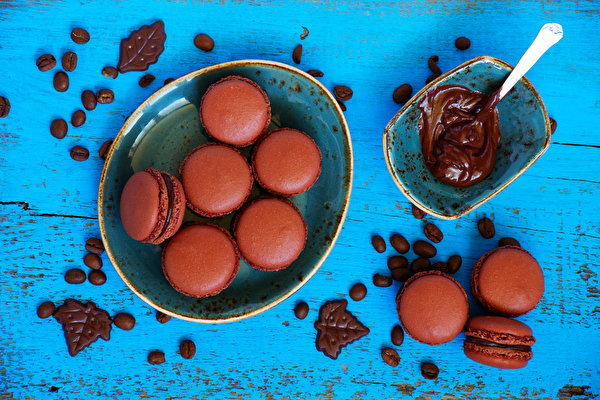 Фотографии Макарон Шоколад тарелке Продукты питания вблизи Выпечка Сладости 600x400 Еда Пища Тарелка сладкая еда Крупным планом