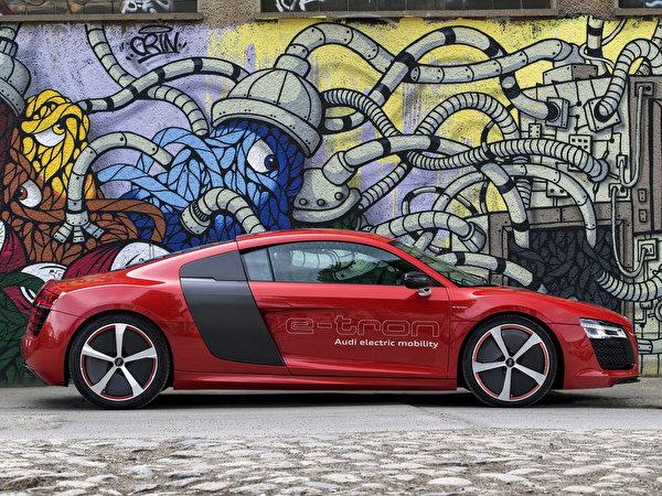 Обои для рабочего стола Ауди R8 e-Tron красных Граффити Сбоку машины 600x450 Audi красная красные Красный авто машина Автомобили автомобиль