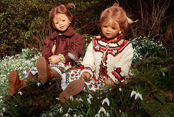 Фото Двое Парки девочка Grugapark Essen  куклы Подснежники 600x405 2 два две вдвоем парк Девочки Кукла Галантус