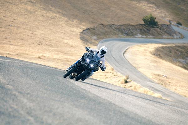 Фотография Ямаха 2018 Niken Мотоциклы едущий Мотоциклист 600x400 Yamaha мотоцикл едет едущая Движение скорость