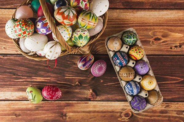 Картинка Пасха Разноцветные Яйца Корзина Праздники Доски дизайна 600x400 яиц яйцо яйцами корзины Корзинка Дизайн