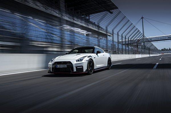 Фотографии Nissan GT-R R35 Nismo 2020 2019 Белый Движение Автомобили 600x399 Ниссан белая белые белых едет едущий едущая скорость авто машины машина автомобиль