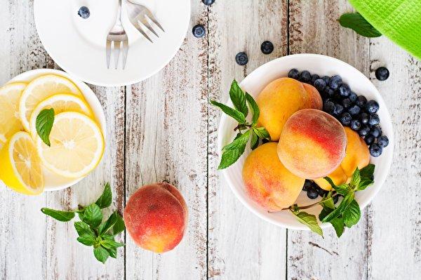 Картинка Лимоны Персики Черника Продукты питания Доски 600x399 Еда Пища