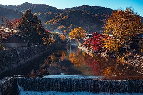 Картинка Киото Япония Arashiyama Горы осенние Природа Водопады Водный канал Деревья 600x400 гора Осень дерево дерева деревьев