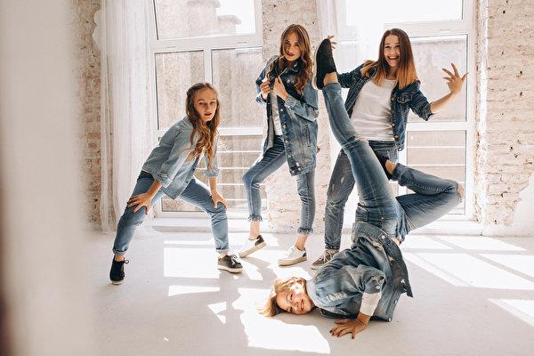 Фотографии Шатенка Танцы молодая женщина Джинсы рука 600x400 шатенки танцуют танцует девушка Девушки молодые женщины джинсов Руки