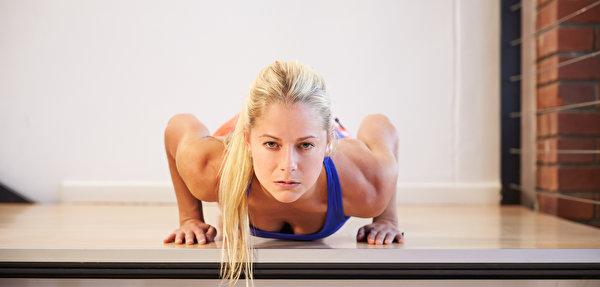 Фотография блондинки Отжимание Фитнес Спорт молодая женщина смотрит 600x287 Блондинка блондинок отжимается отжимаются девушка Девушки спортивные спортивная спортивный молодые женщины Взгляд смотрят
